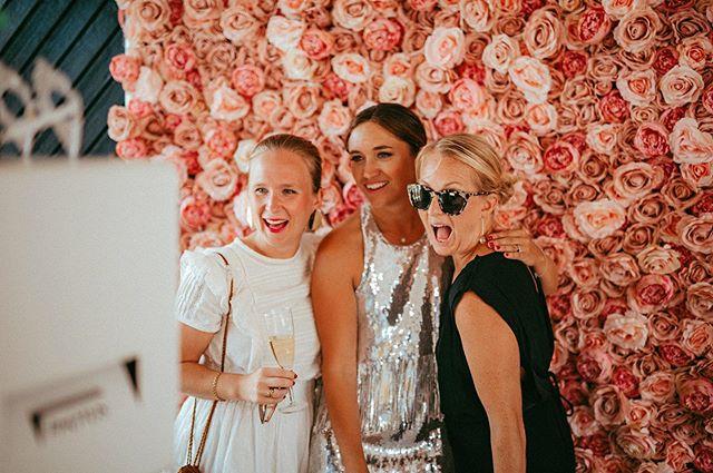 🌸👄✨🕶🌸 Helgpeppar med denna bild från årets dagsfest med @johannakajson !  Backdrop #flowerwall Dusty Pink. 📸@mariabrostromcom