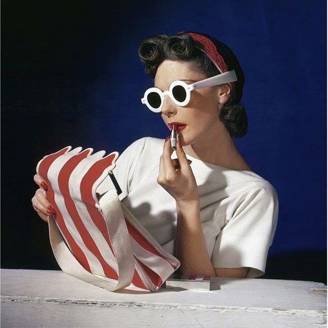 """OBS! SISTA DAGARNA  Detta är ett av två fotografier av Horst P. Horst som visas i utställningen GO FIGURE t o m söndag 19/8.  Fotografiet från 1939 har titeln """"Muriel Maxwell, Ensemble by Sally Victor, Bag by Paul Flato, Sunglasses by Lugene"""". Horst P. Horst (f. 1906, Tyskland - d. 1999, USA) var en tysk -amerikansk modefotograf och en av pionjärerna inom 1900-talets fotografi. Hans verk visas ofta internationellt och 2015 gjorde Victoria and Albert Museum, London en bejublad retrospektiv  över hans konstnärskap. Horst P. Horst är representerad i de flesta internationella museisamlingarna av betydelse.  Hjärtligt välkomna! Öppet: kl 13-17 #christianlarsenfalsterbo  #horstphorst  #falsterbo #falsterbo2018 #contemporaryart #art"""
