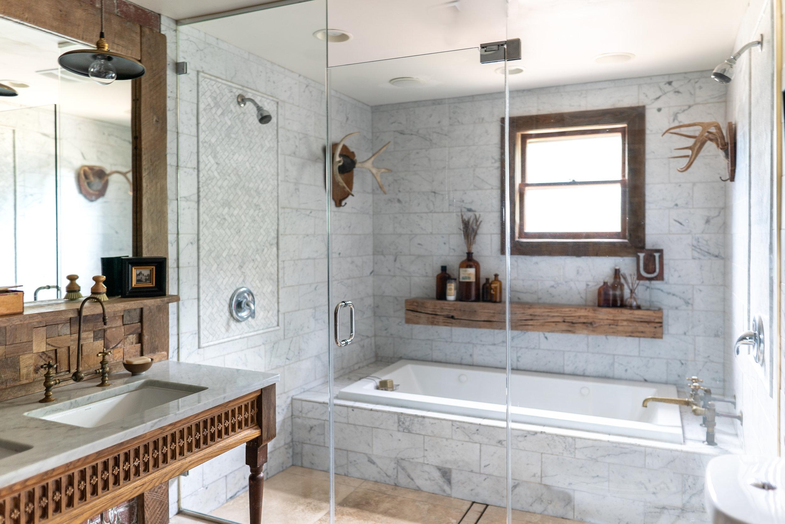 bathroom horizontal full tub-09912.jpg