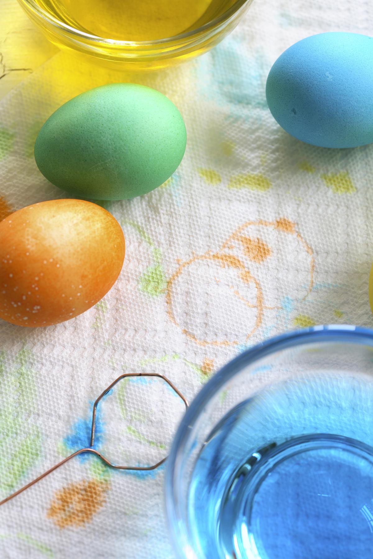 dying easter eggs.jpg