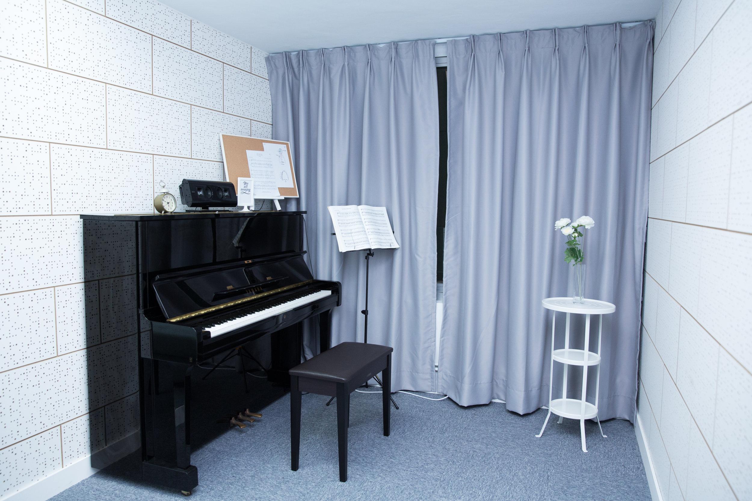 CLASSIC SINGING ROOM  主要作為古典聲樂個別教授課程  的教室,並使用YAMAHA直立  式鋼琴。另設有美國名廠  KLIPSCH的藍芽喇叭及蘋果  IPAD供教學使用。