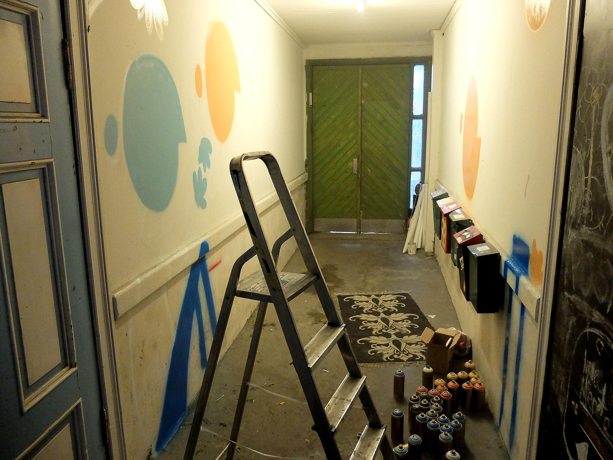 """Viktig å legge farge på hele flaten når man jobber, slik at man ikke dynger på i et hjørne av """"papiret"""" og glemmer at det skal stå til resten."""
