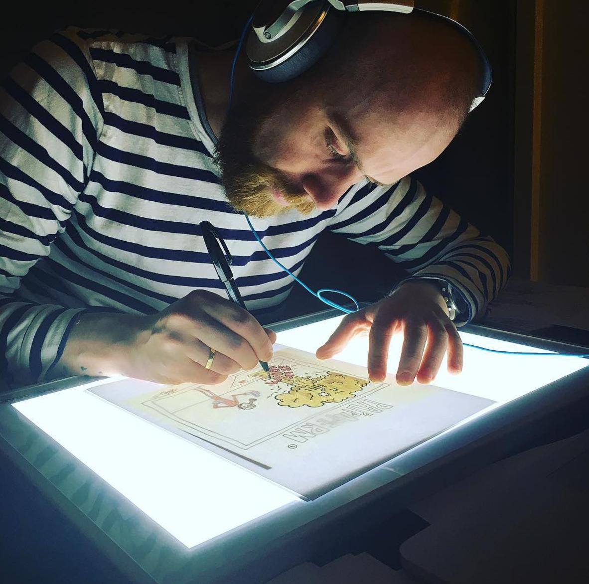 Skisser blir til originaler, før de digitaliseres og fargelegges.