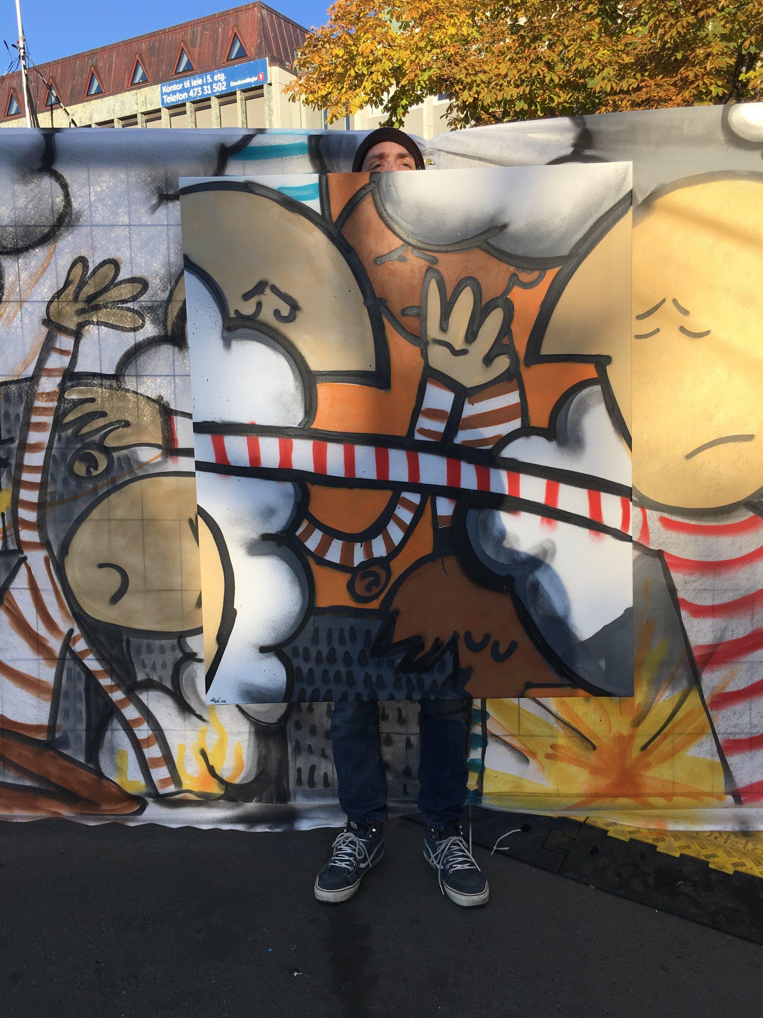 Meg foran veggen med lerretet klart for auksjonarius. Foto: NRK