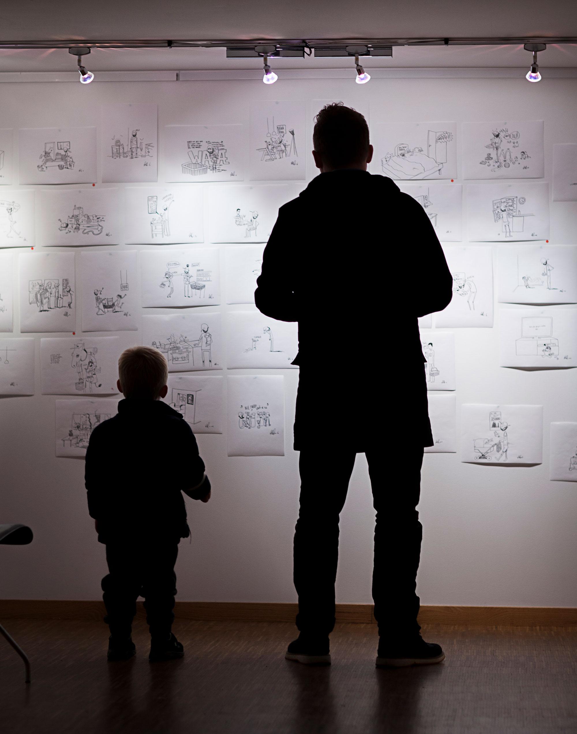 To menn i sin beste alder studerer originaler.