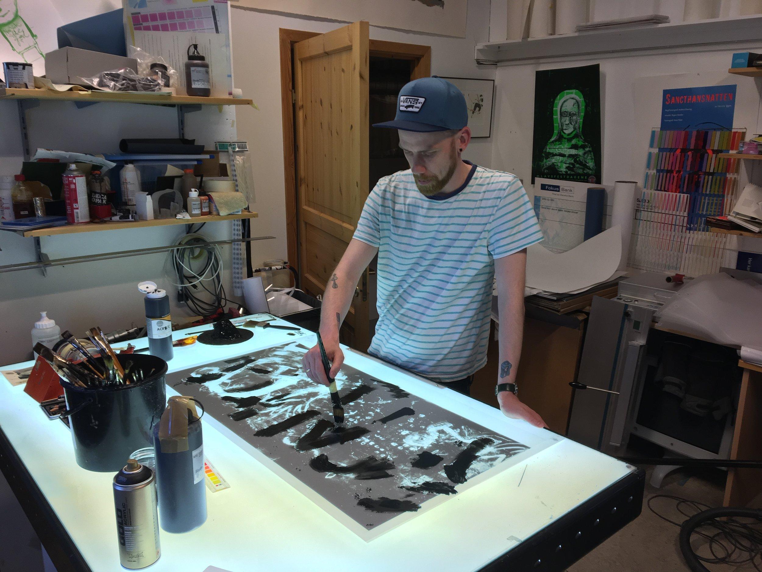 Her maler jeg i sort det som skal bli blått i trykket. Jeg malte en film per farge per motiv.