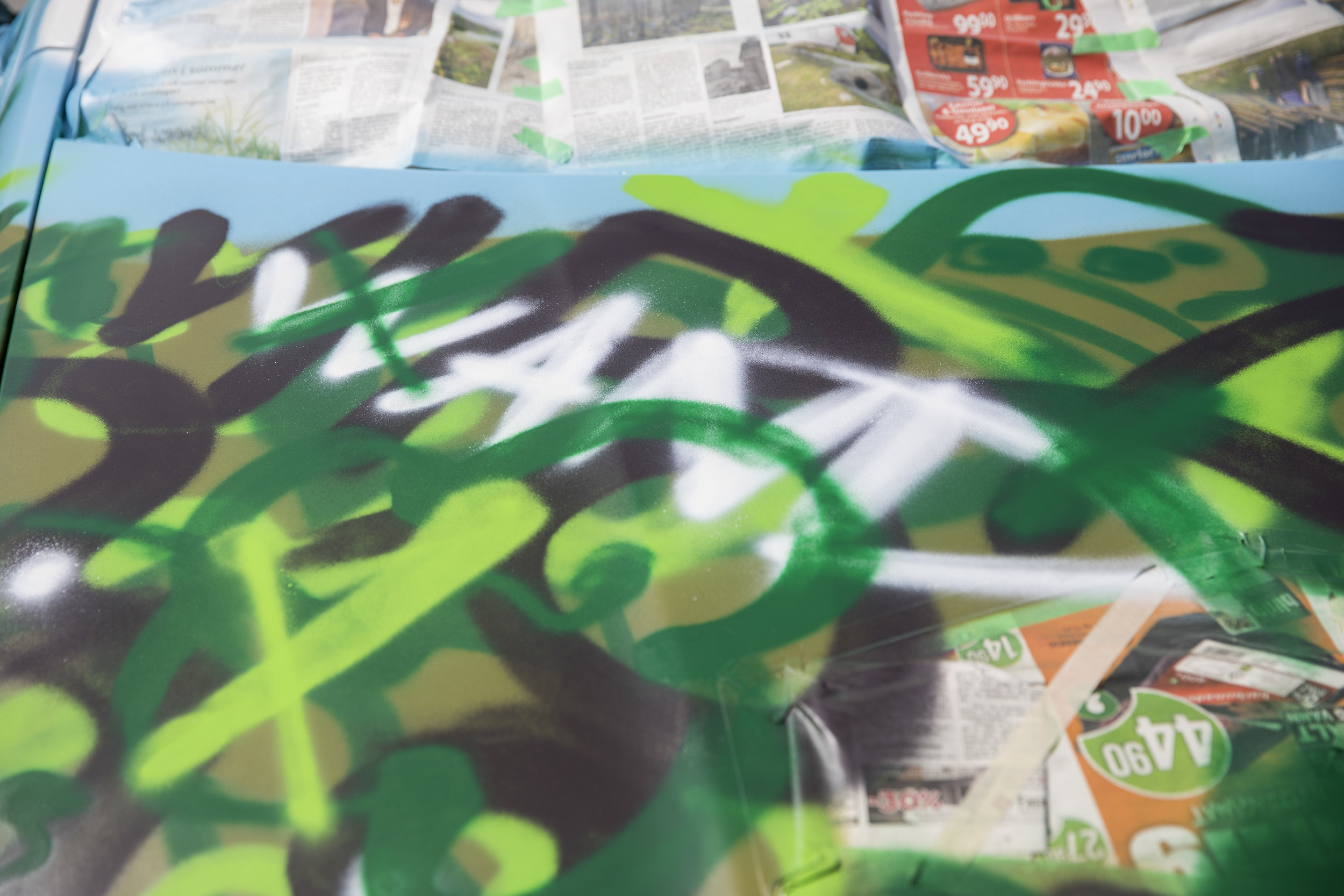 En jungel av typografi, blader, strå og farger.