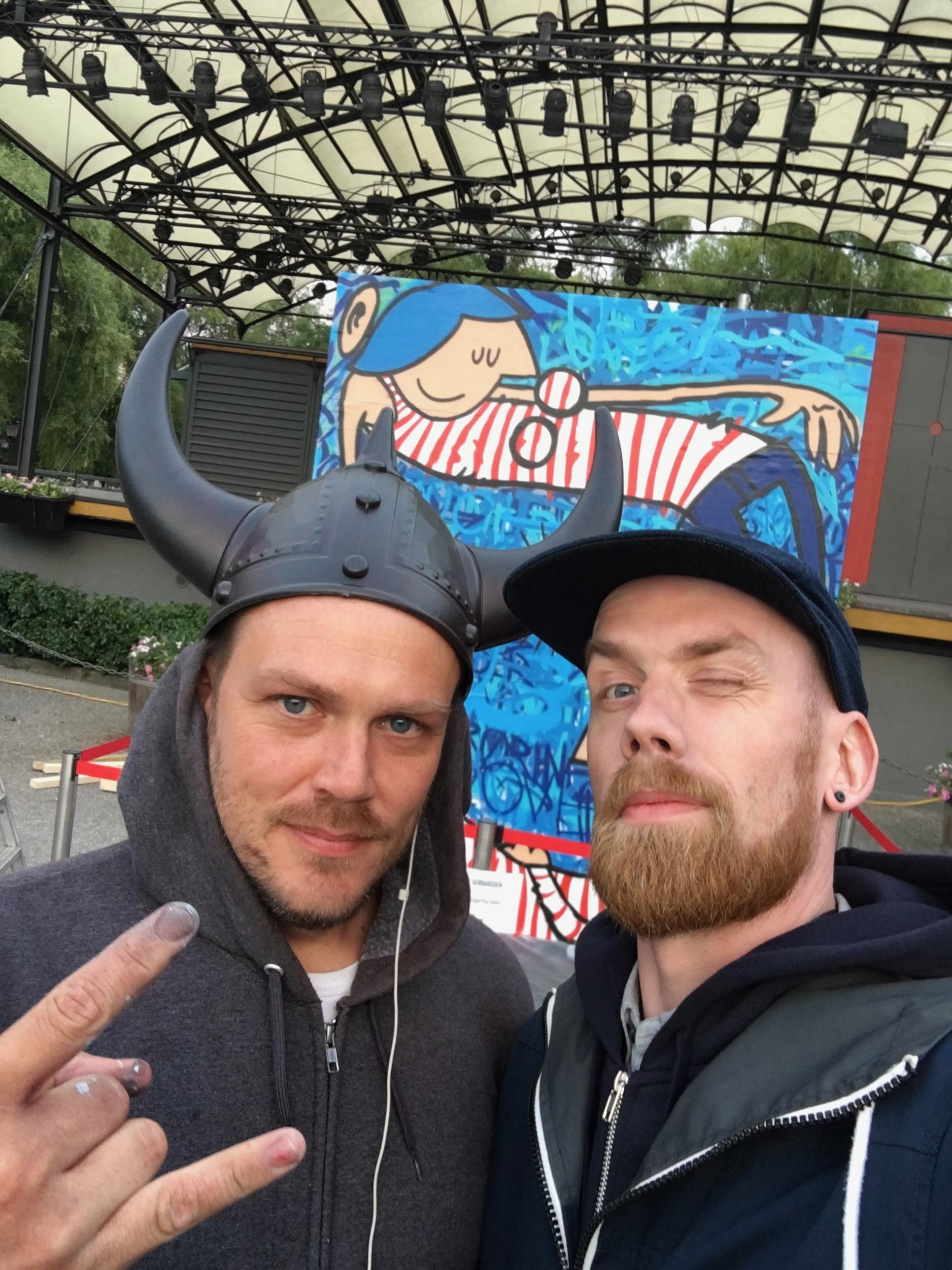 Tristan kjørte turistopplegget enda lenger enn meg. Han malte sin piece iført hjelm.