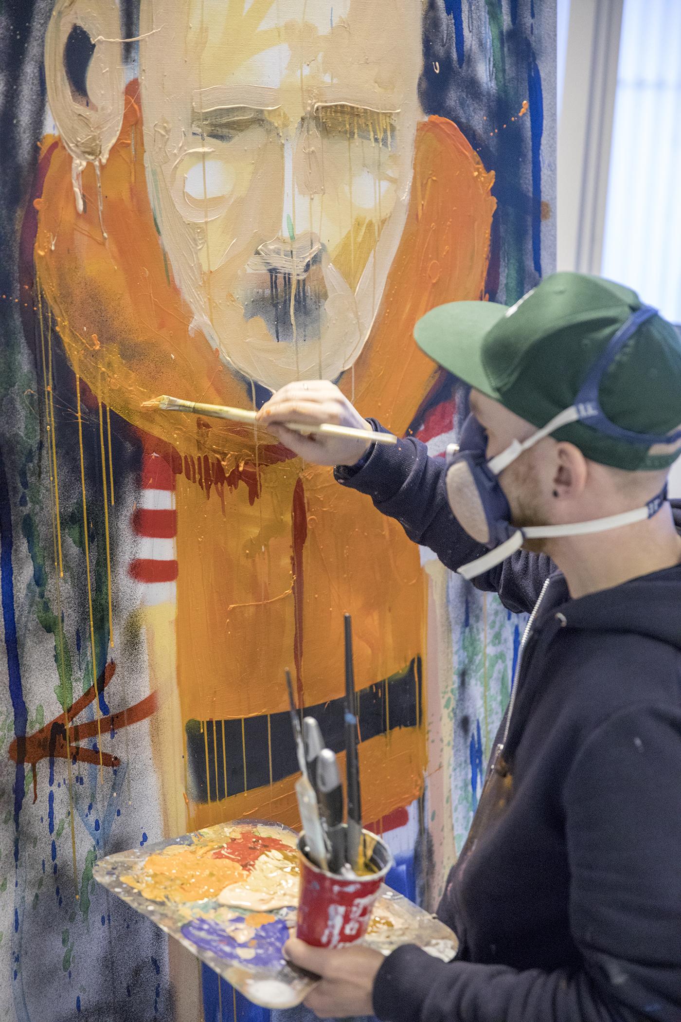 In progress med et maleri som skal til Bergen