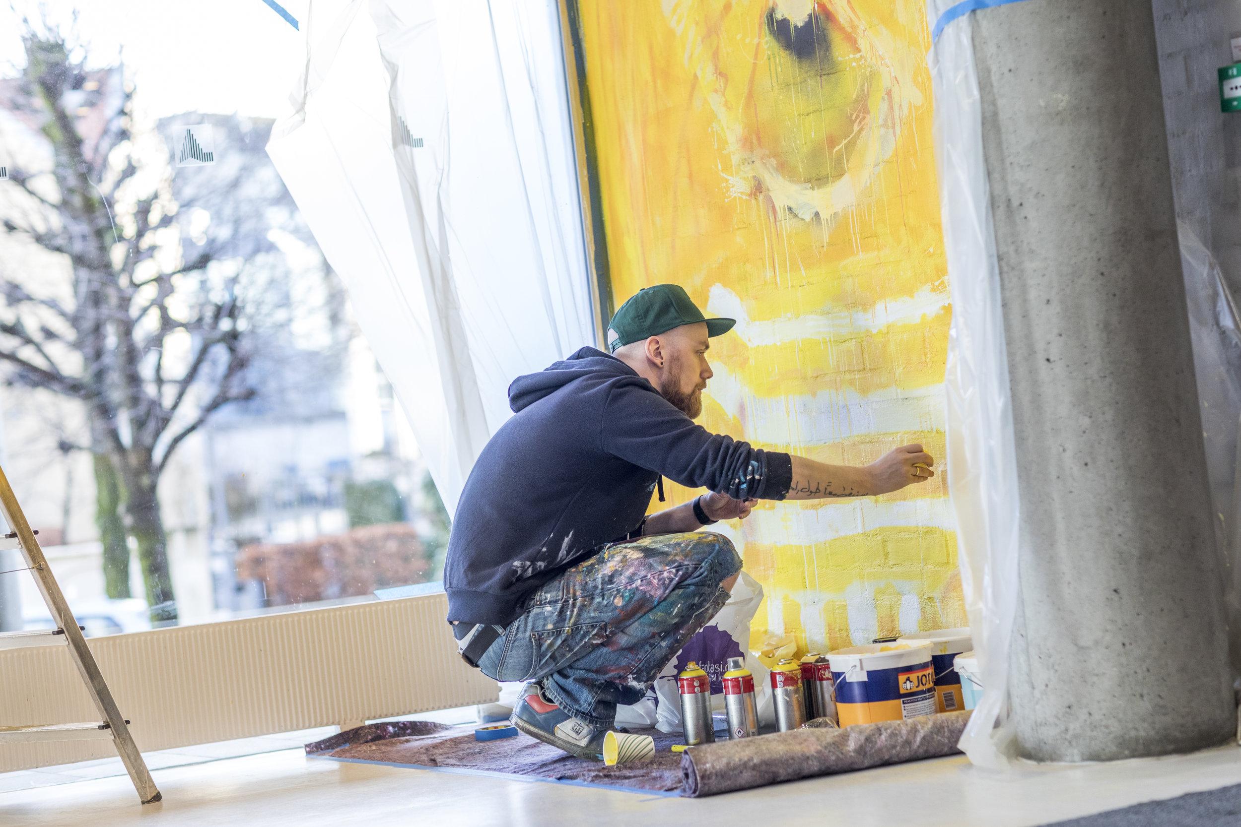 Jeg malte med rull, pensel, spray, fingrene, tusj og pipette.