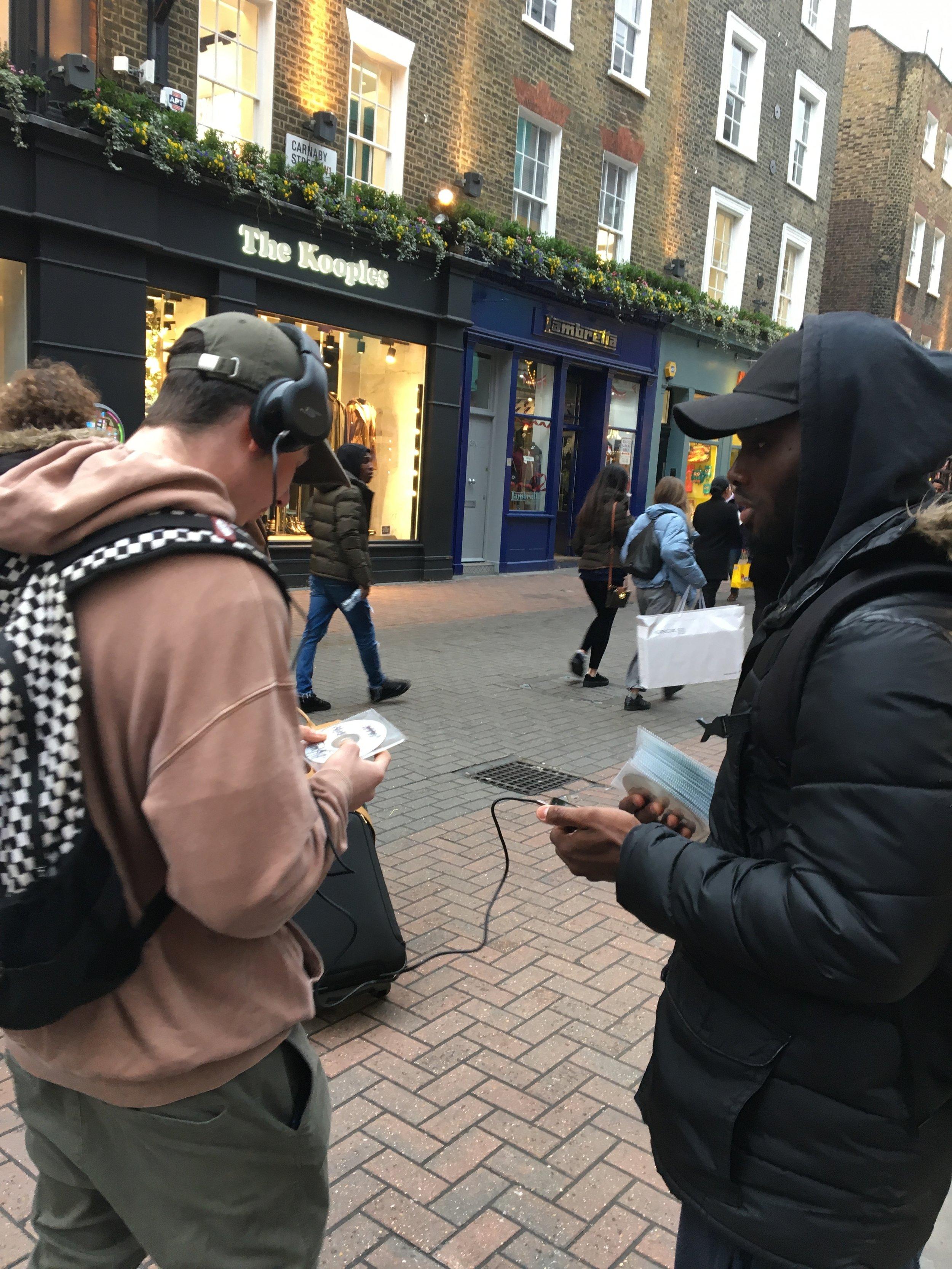 Møtte gamle dager også. Eller, en dude stoppet folk og lurte på om de ville høre på musikken hans. Likte de musikke kunne de kjøpe brent-cd med musikken på. Bom Bap hip hop.