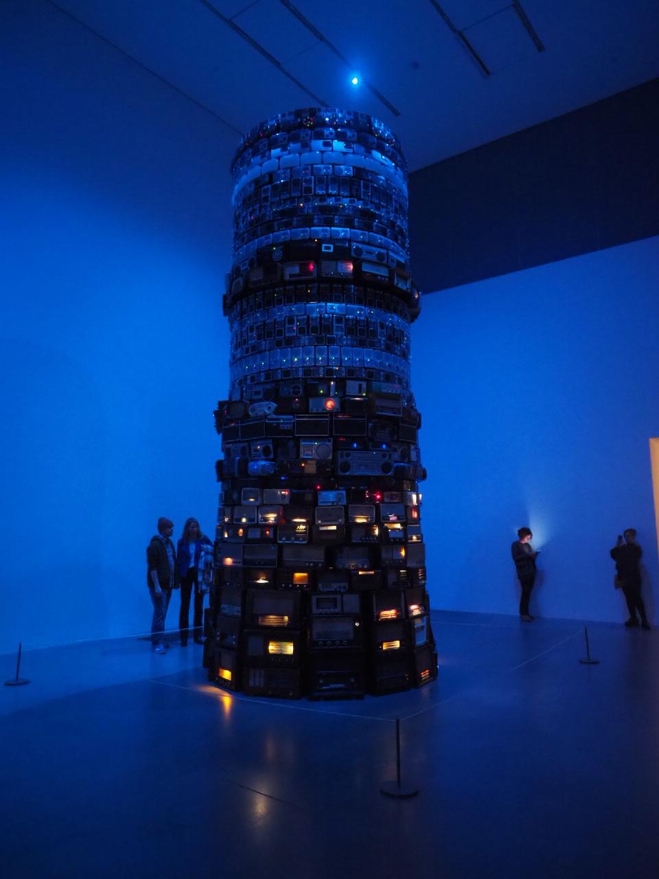 Dette var herlig massivt! Et Babelsk tårn av radioer som alle spilte ulike ting. Clever af!