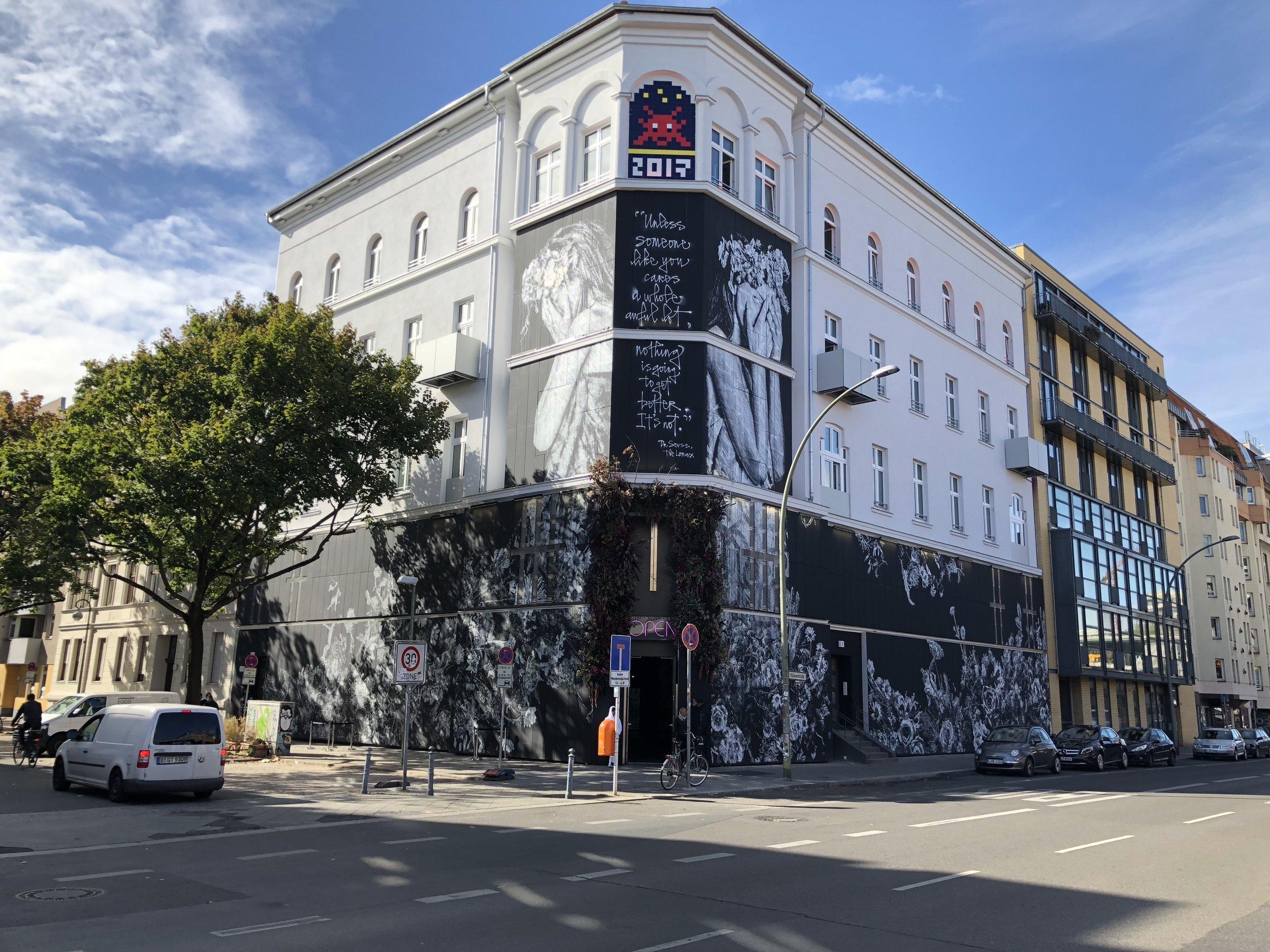 Urban Nation hadde fått ny fasade for anledningen. Kunstnerduoen Snik med litt teksthjelp fra Herakut står bak den.