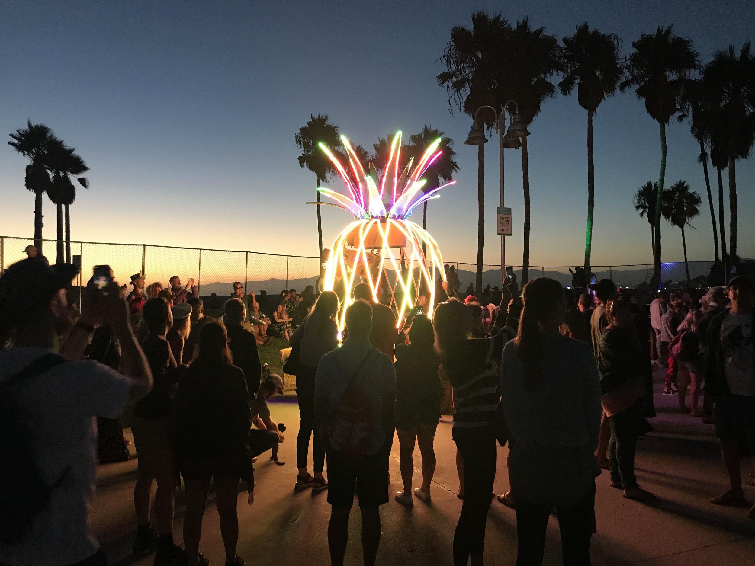 Vi var også på en slags restefestival med etterdønningene fra Burning Man. Sykeste opplegget. Brukte ingen rusmidler men følte jeg var på syre likevel. Makan til crazy opplegg altså. Flammer, lys, karaoke, utkledning, dans, sang, sirkus, skitt, latter, love. Helt kokko, og veldig kult.