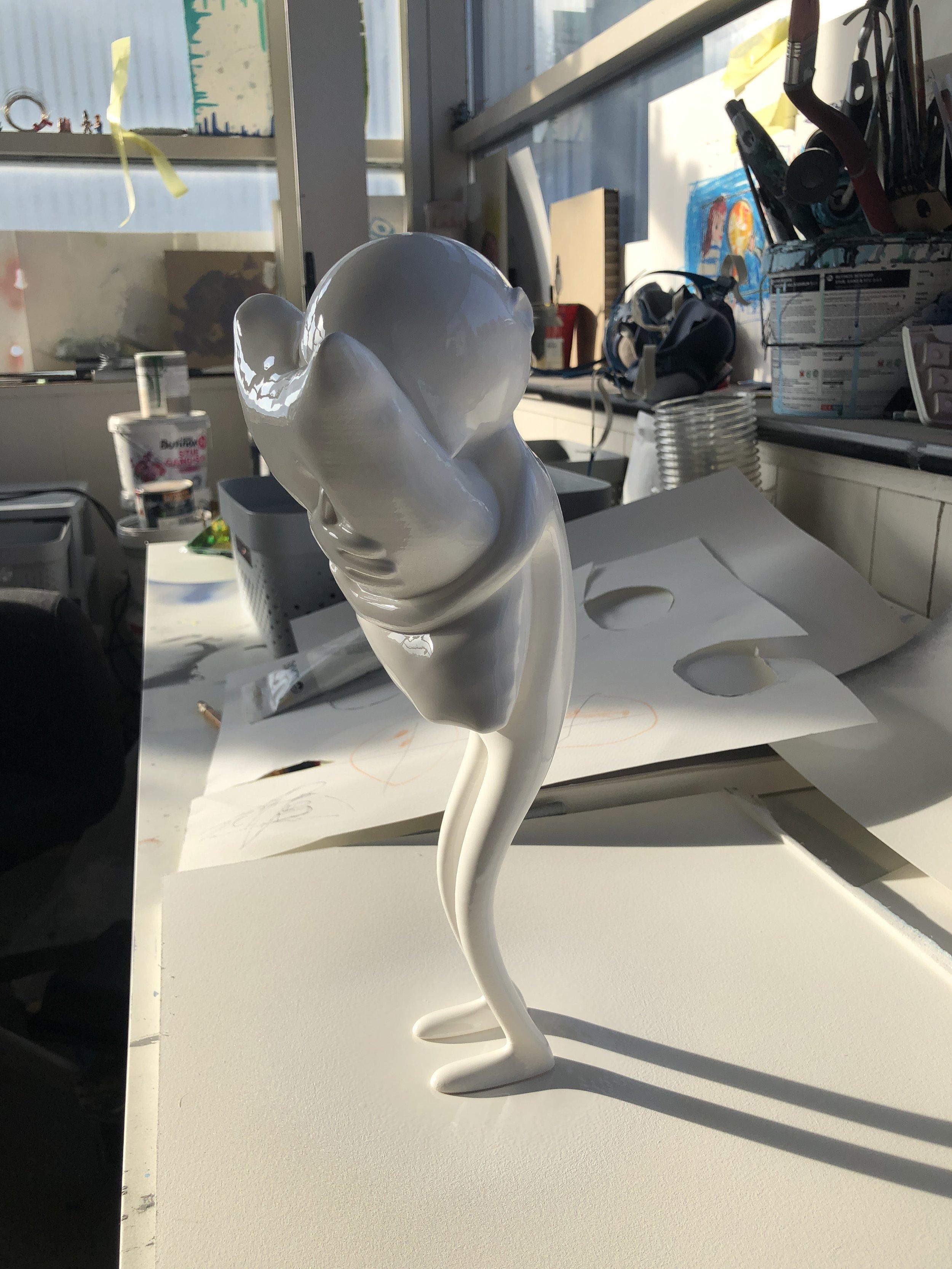 Skulpturen, tørker i vårsola i atelieret.