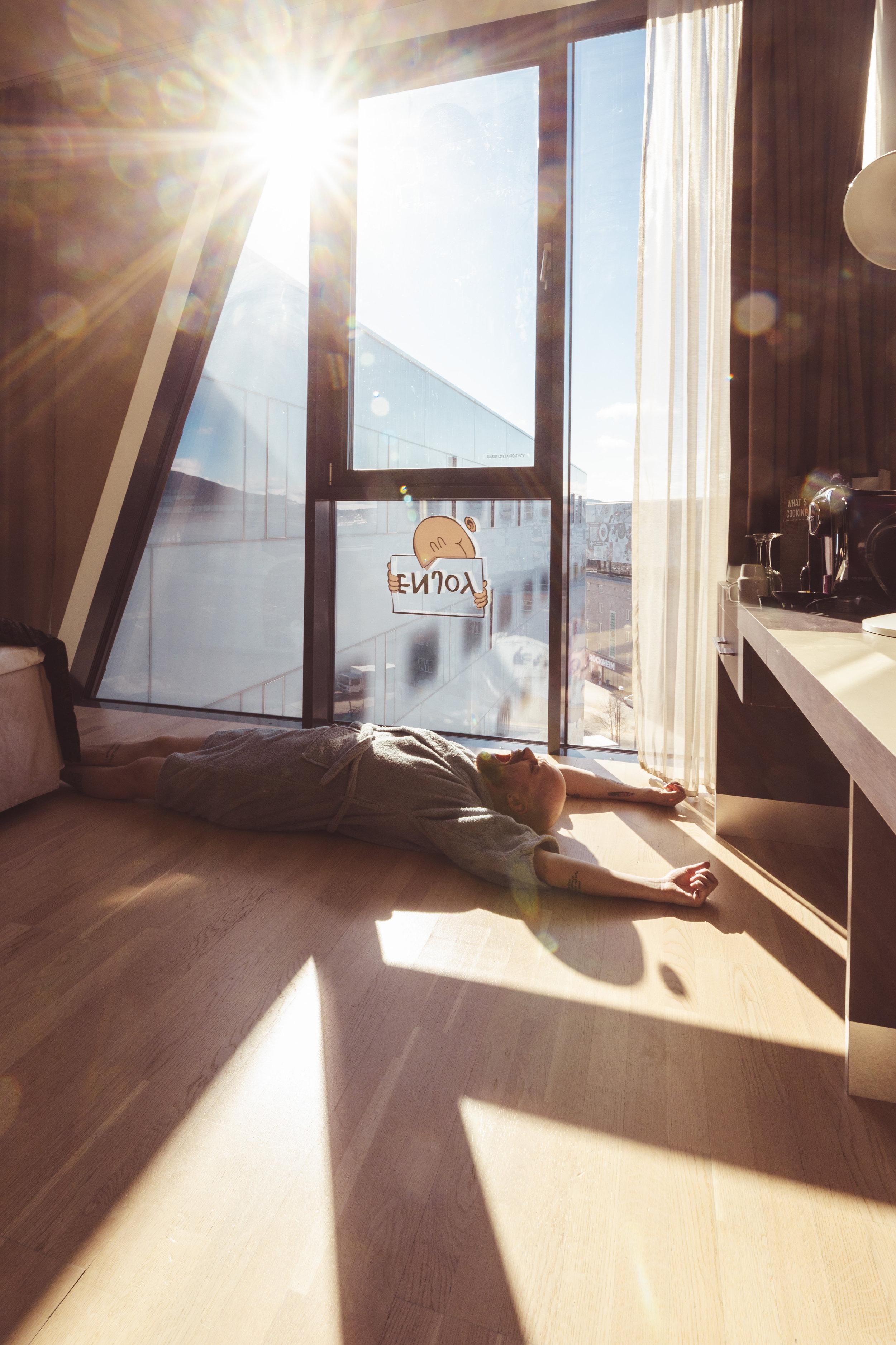 Venter på at sola skal lyse på folien slik at skyggen avslører budskapet.