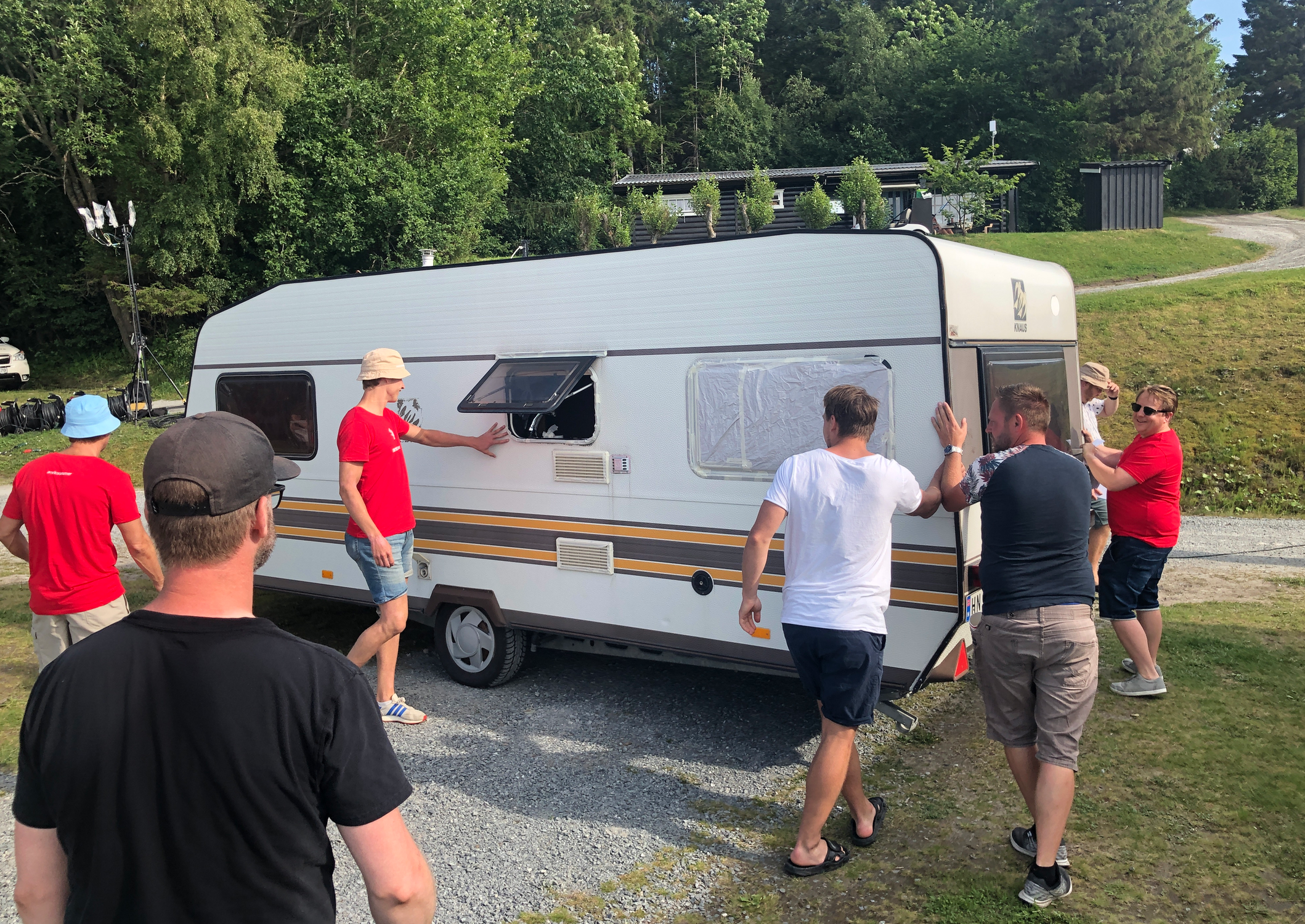 Campingvogna måtte stå rett i forhold til lys, vind, kamera, publikum og alskens.
