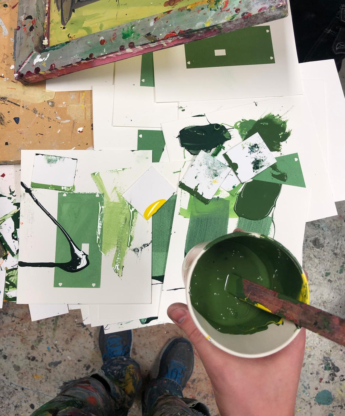 """Blanding av farge under en av silketrykkrundene i vår. Resultatet er å se på Stiklestad i verkene """"Ser ikke skogen for bare trær"""", """"Zzz"""" og """"Man v.s. Nature""""."""