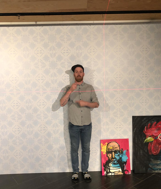 En fokusert kunstner med skotøyet on lock.