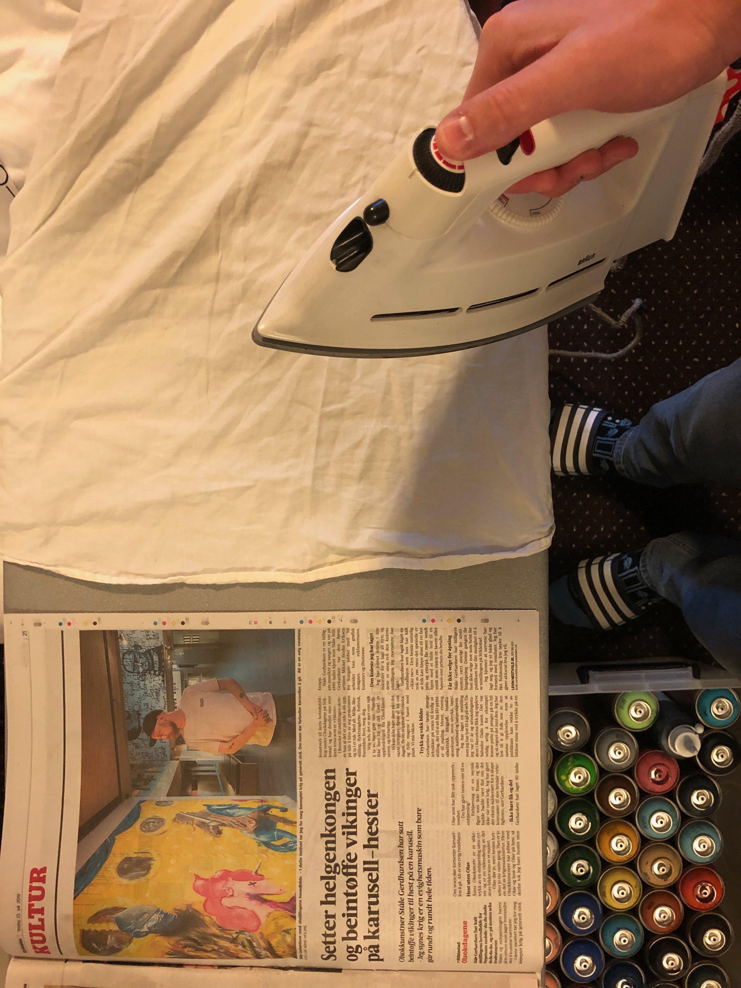 En sjelden mulighet. Stryke skjorte og lese om utstillinga si i avisen samtidig.