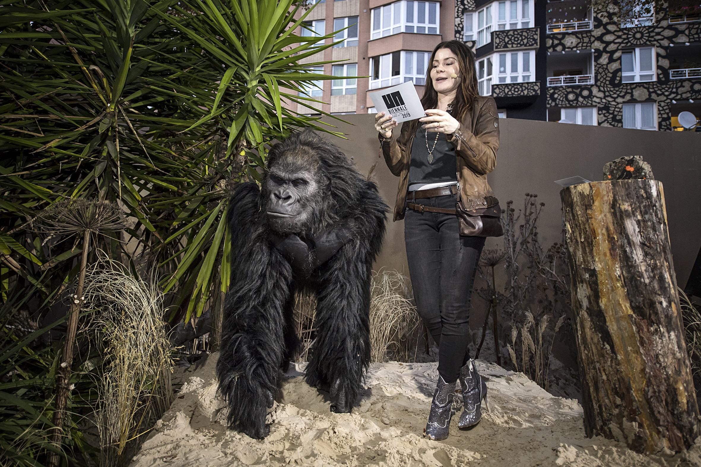 Yasha og en gorilla åpner biennalen.