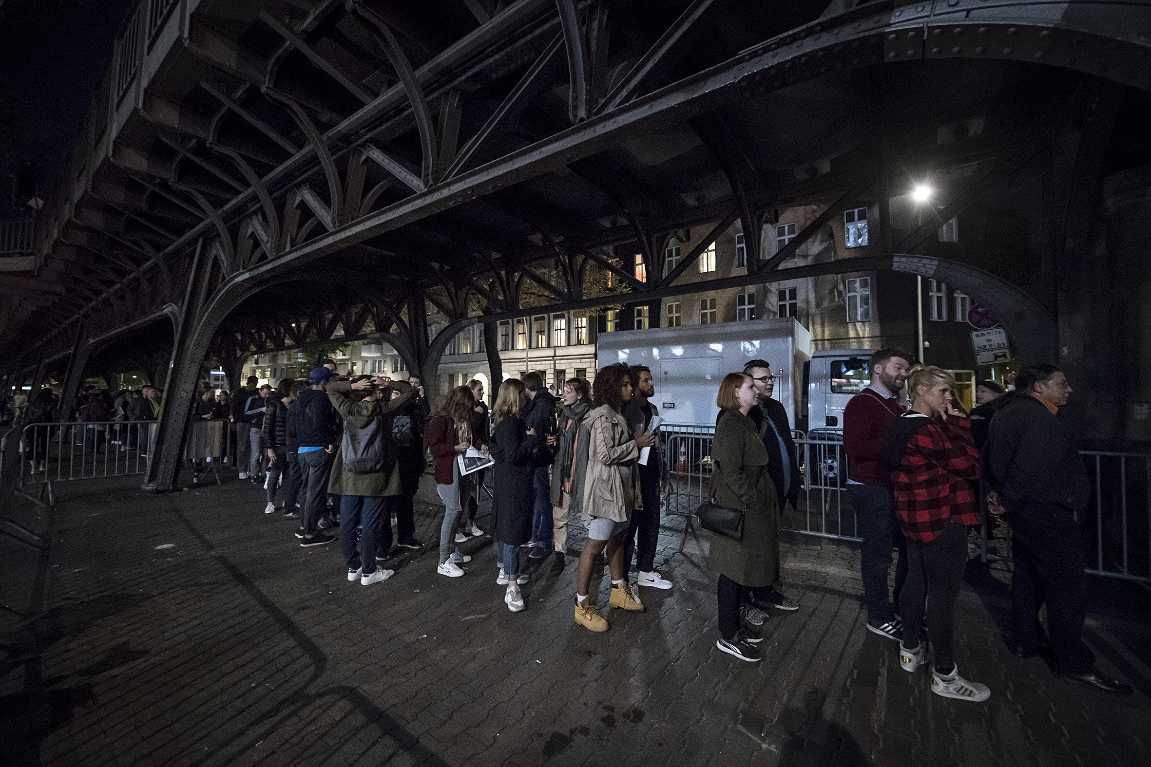 Kø. Folk sto i timesvis i kø. Det kom totalt 12000 mennesker på Biennalen (som varte tre dager).