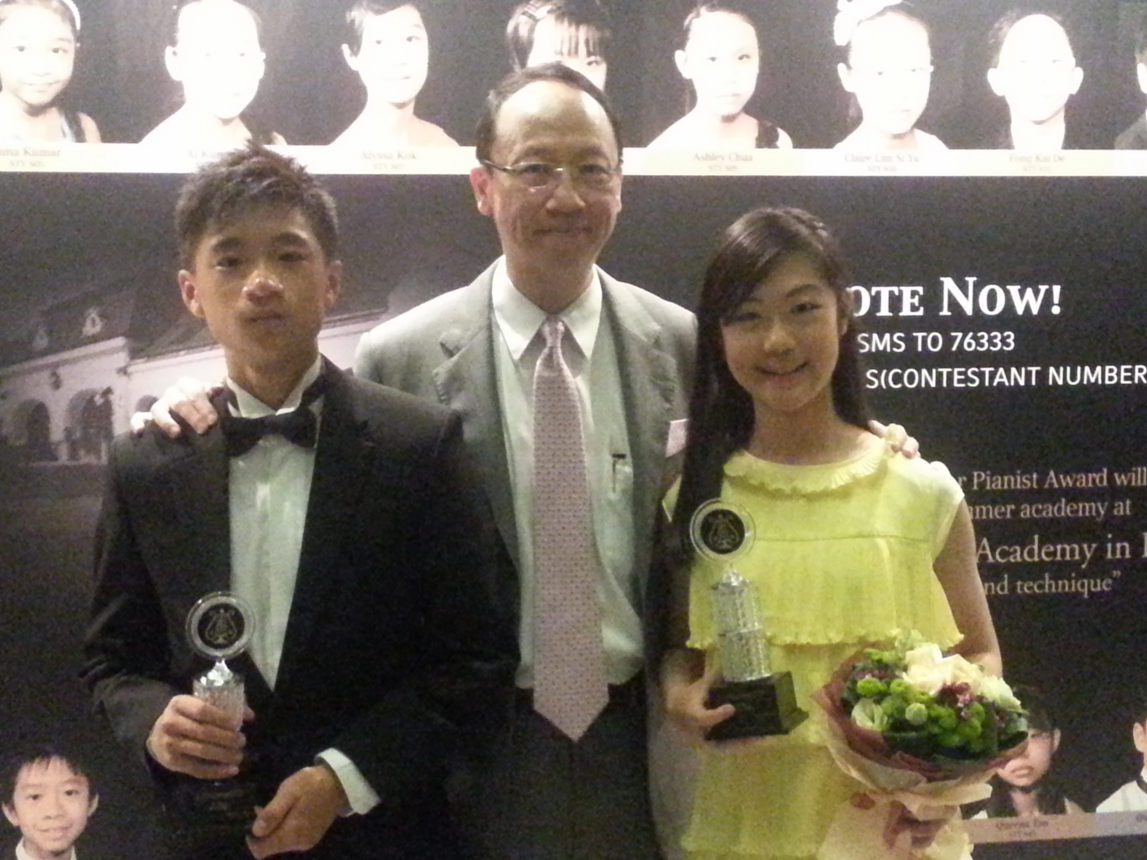 15 y.o. Nigel Lim (far left) and 11 y.o. Alyssa Kok (far right) both win the 1st Runner-Up Awards in their respective age categories.