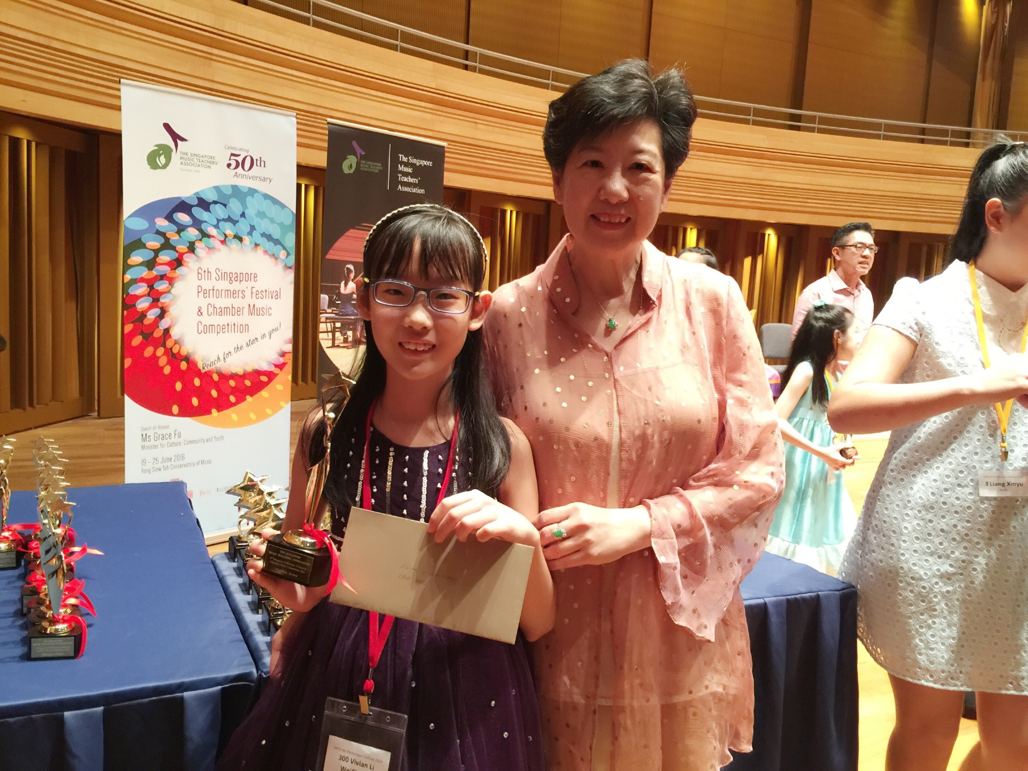 11-year-old Platinum Award winner, Vivian Li Weichang (left), with Festival adjudicator, Toh Chee Hung.