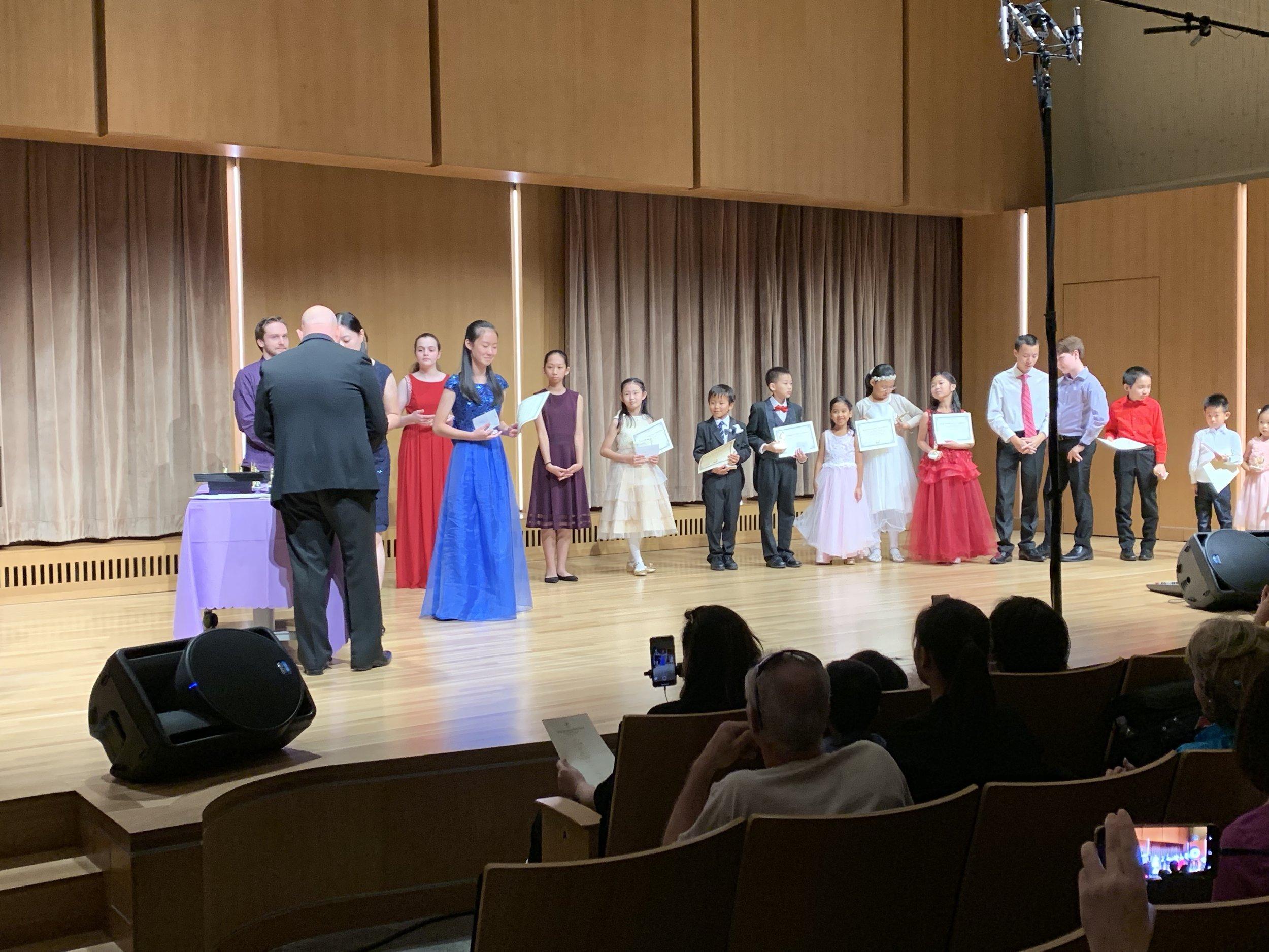 Vivian Li receiving her prize