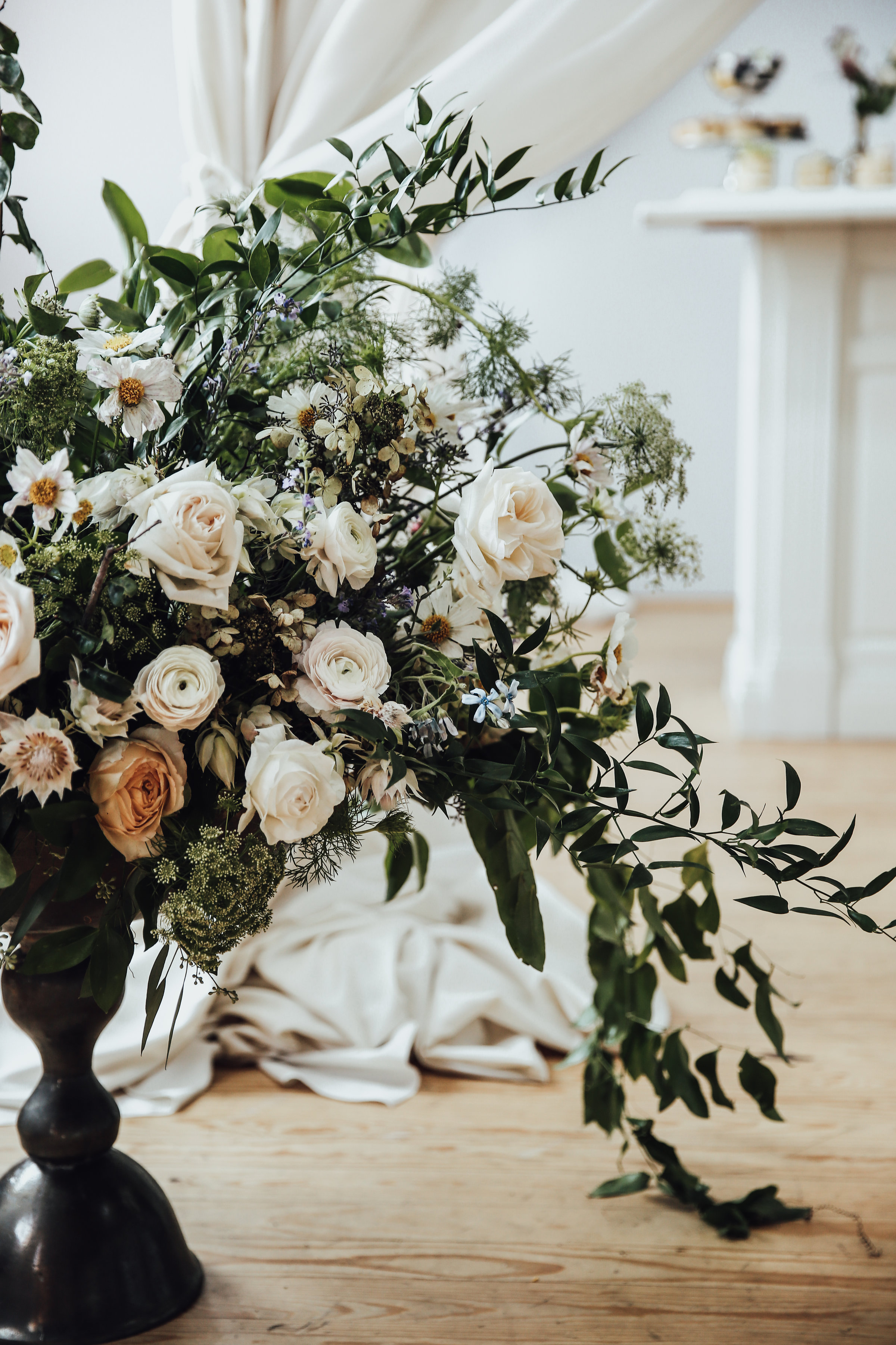 Photo by Rachel Photographs | Flowers by The Wild Mother | Venue: Holloway House