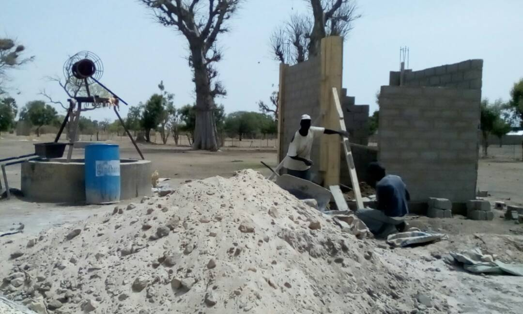 Construction of the housing for the storage tank and solar panels, next to the well that will feed the garden