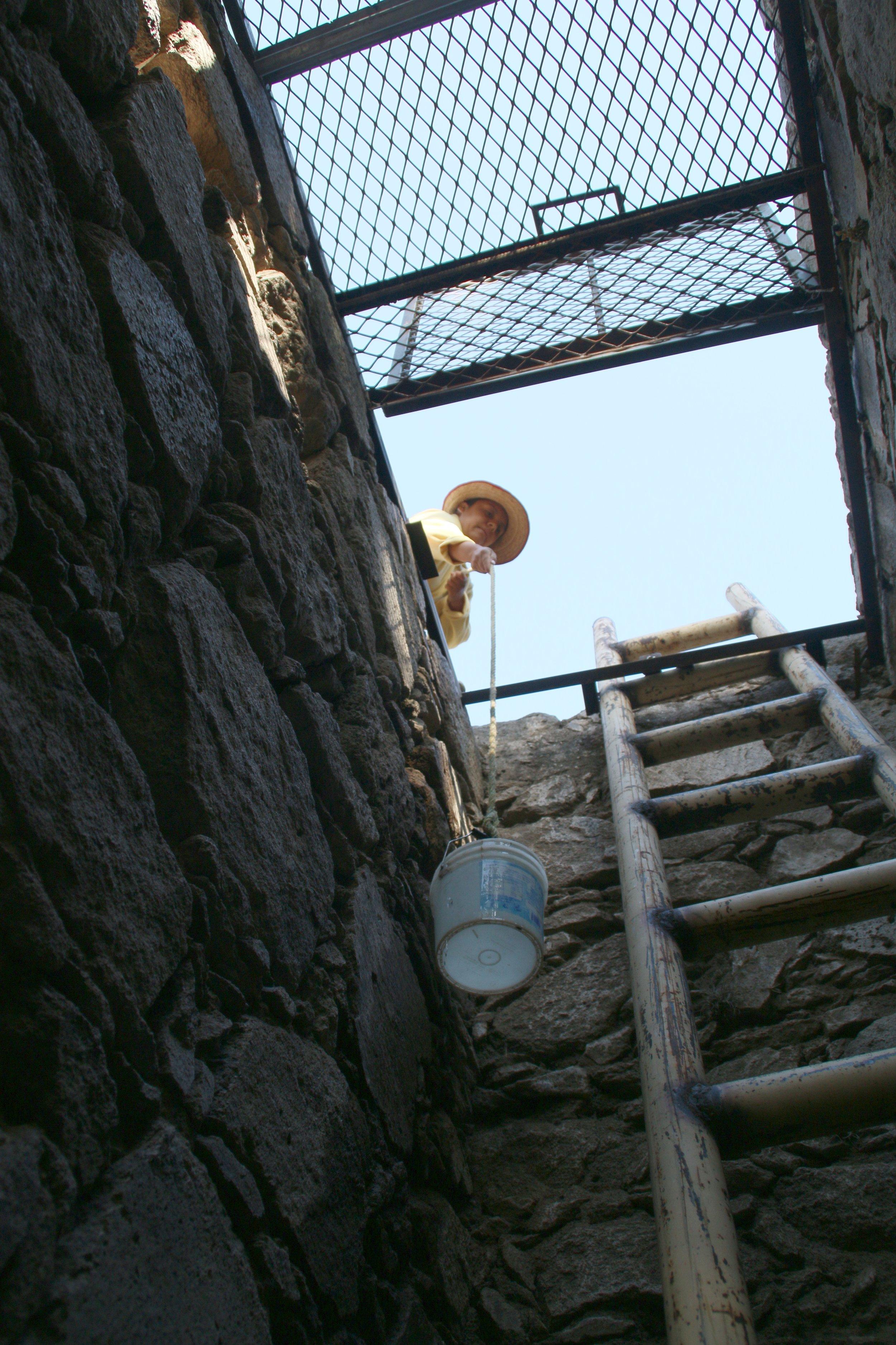 Antes los miembros de la comunidad tenían que extraer agua del pozo usando cubetas atadas a cuerdas - un proceso peligroso.