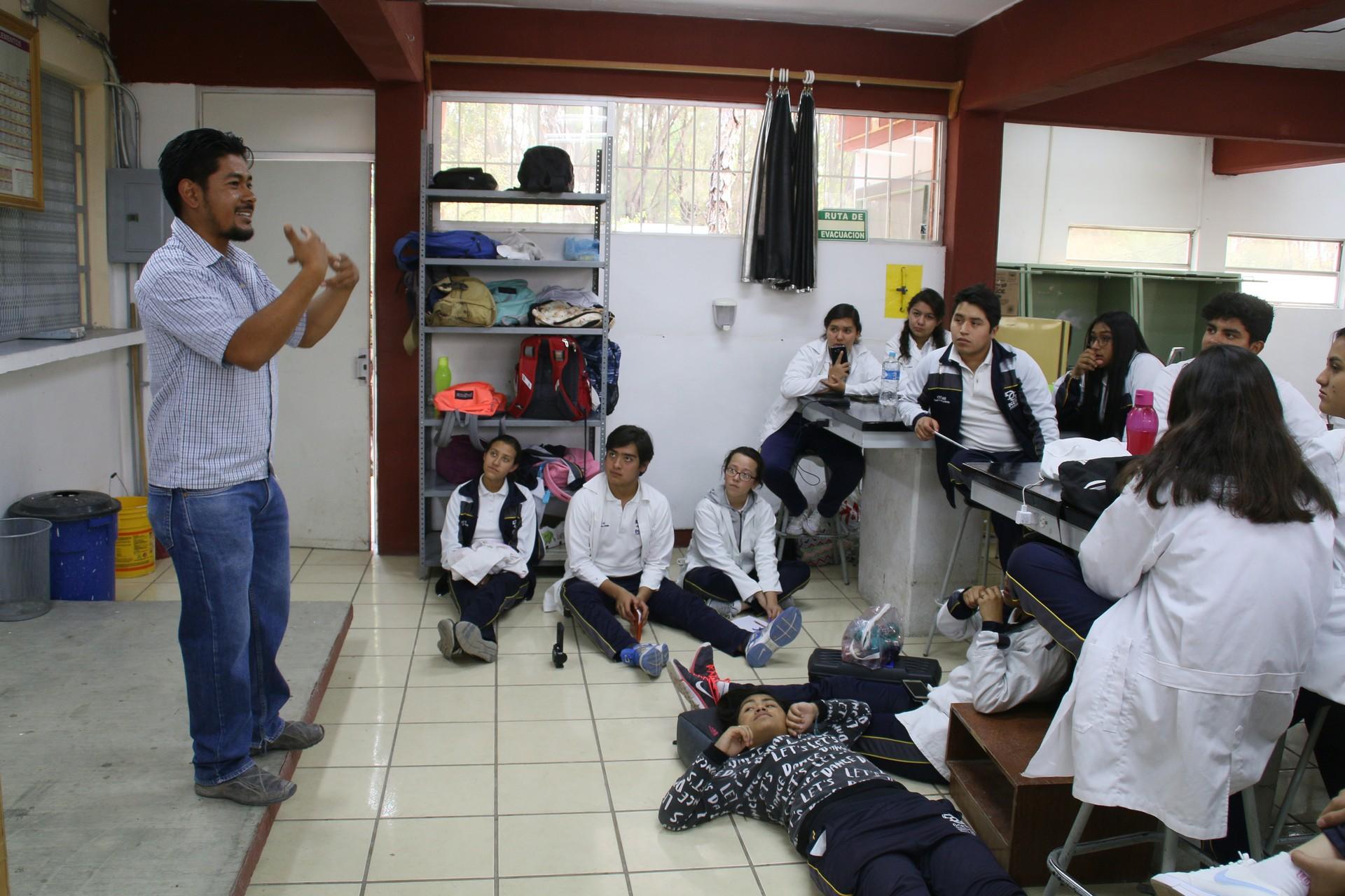 Saúl enseña la clase sobre temas relacionados con el agua antes de la construcción de la cisterna.