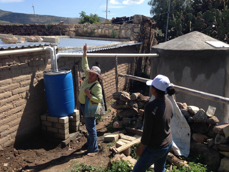 Lucha+explicando+la+cisterna.jpg