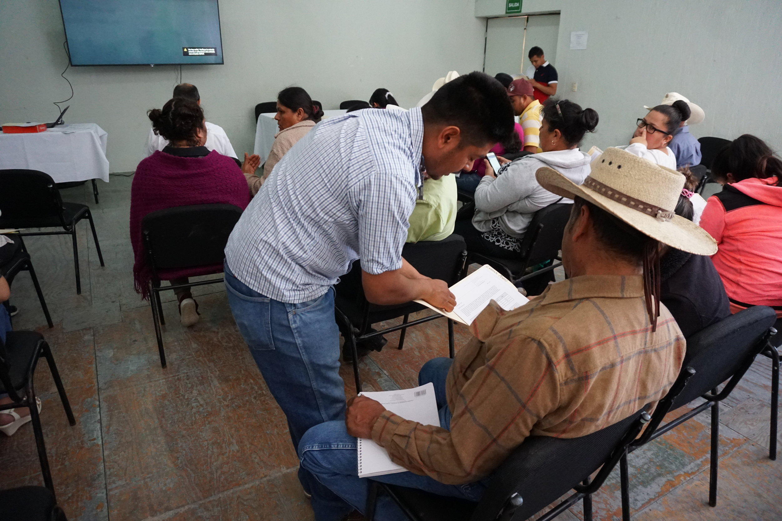 Saúl Juárez, Caminos de Agua's Community Project Coordinator, explaining water quality reports in San Diego de la Unión.