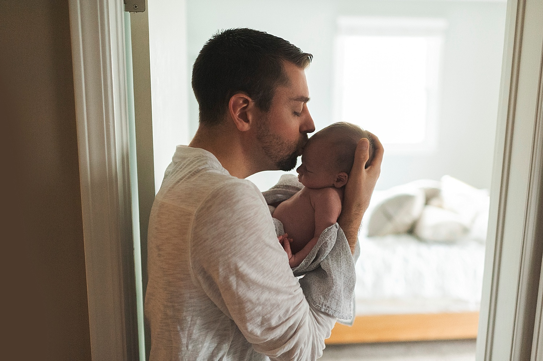 akron-ohio-newborn-family-photographer-baby-dad-lauren-grayson