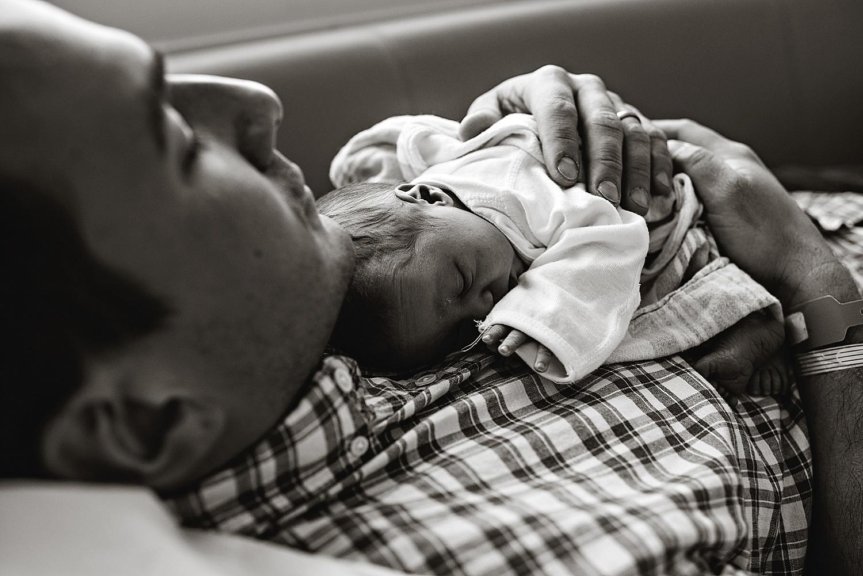 akron-ohio-newborn-baby-photographer-dad-hands-fresh-48-lauren-grayson