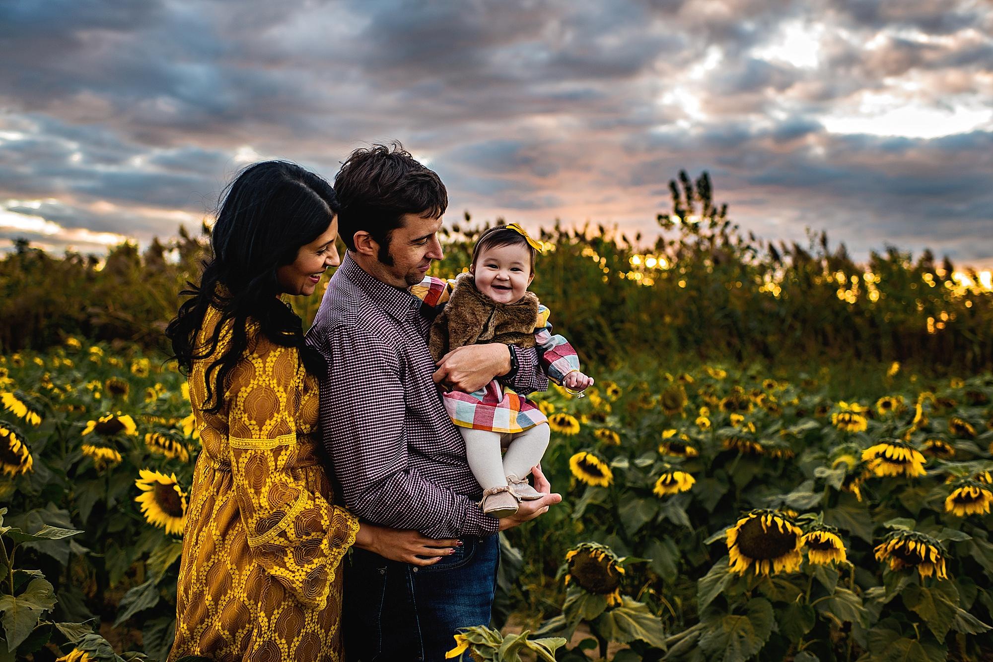 Turner-family-akron-ohio-photographer-lauren-grayson-sunflower-field-session_0008.jpg