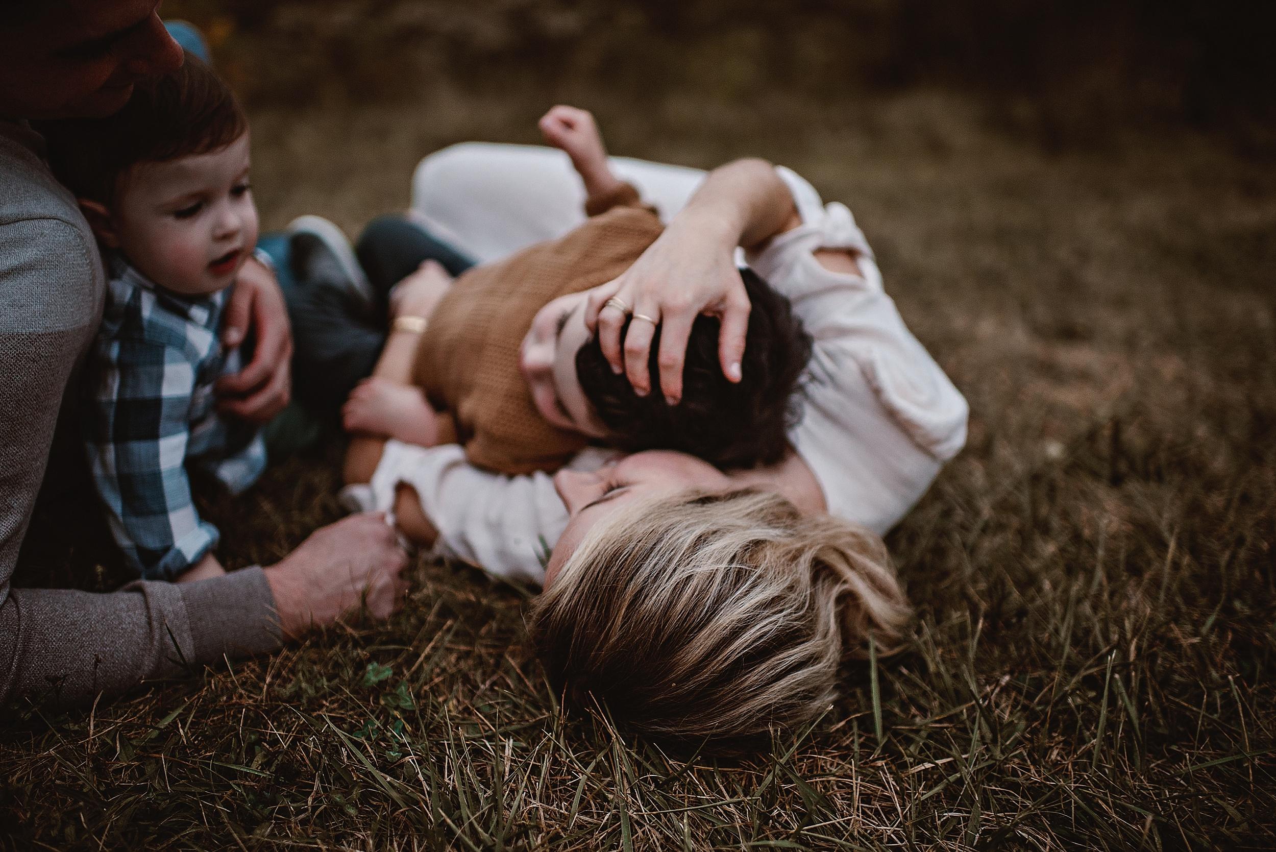 lauren-grayson-photography-portrait-artist-akron-cleveland-ohio-photographer-family-session-fields-sunset-fall_0212.jpg