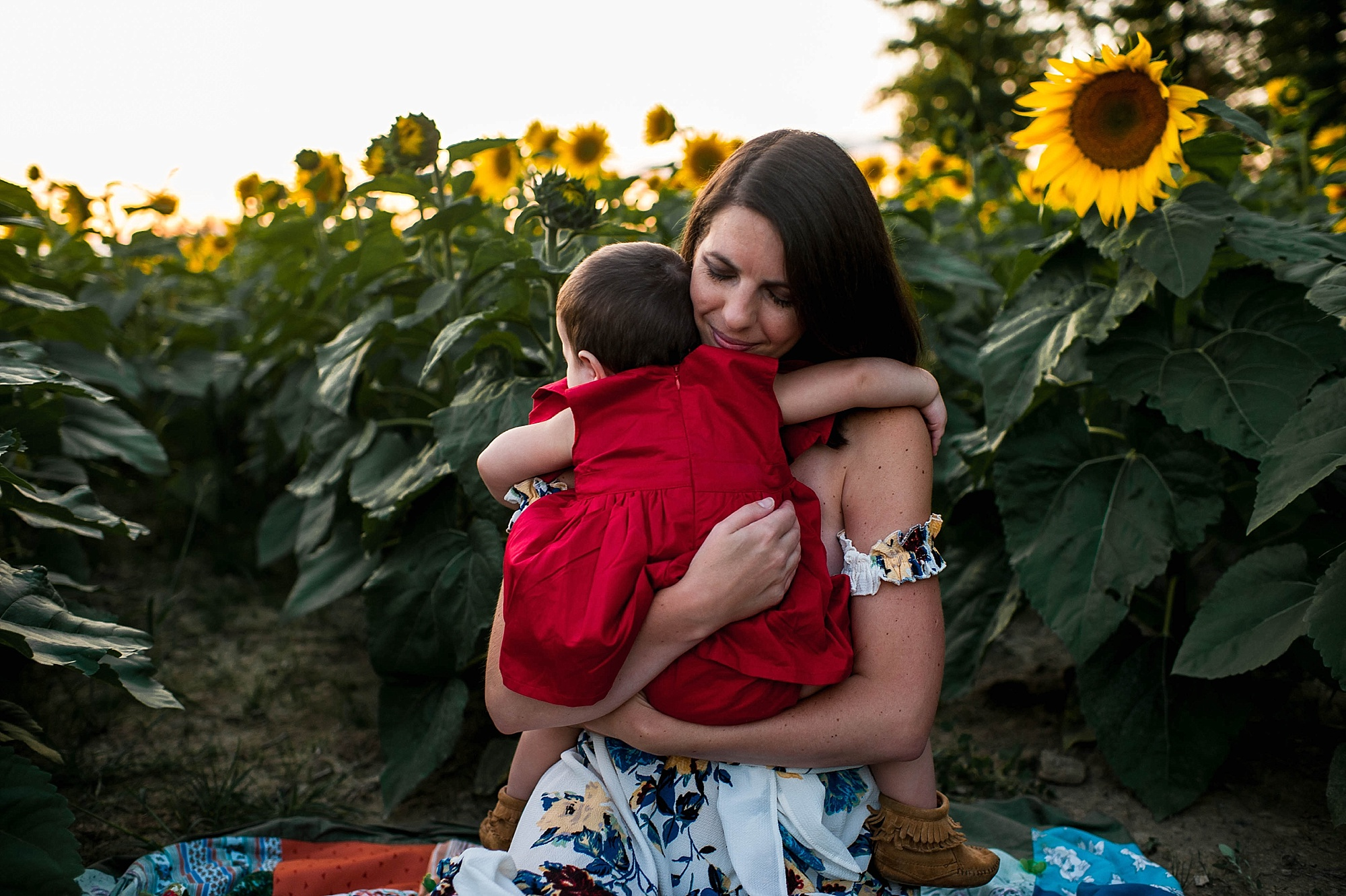 lauren-grayson-photography-cleveland-ohio-photographer-sunflower-fields-sunset-golden-hour-photo-shoot-mommy-and-me-family-child-photographer_0572.jpg