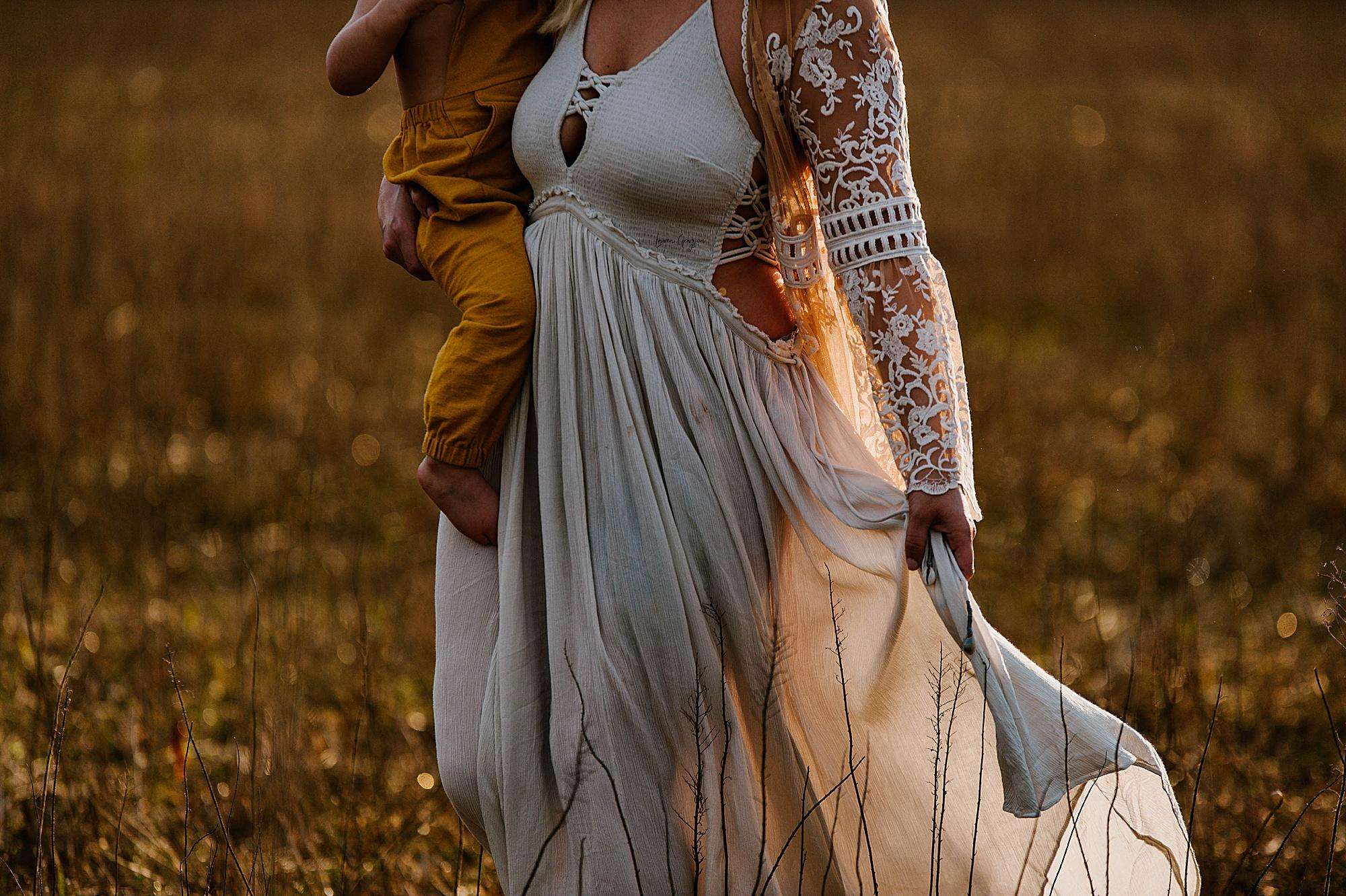 lauren-grayson-photography-akron-ohio-family-mom-boys-field-spring-outdoor-session_0001.jpg