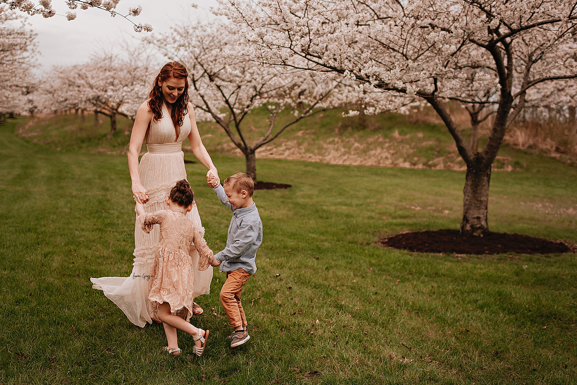 lauren-grayson-photography-cleveland-ohio-motherhood-family-child-photo-session-cherry-blossoms_0016.jpg