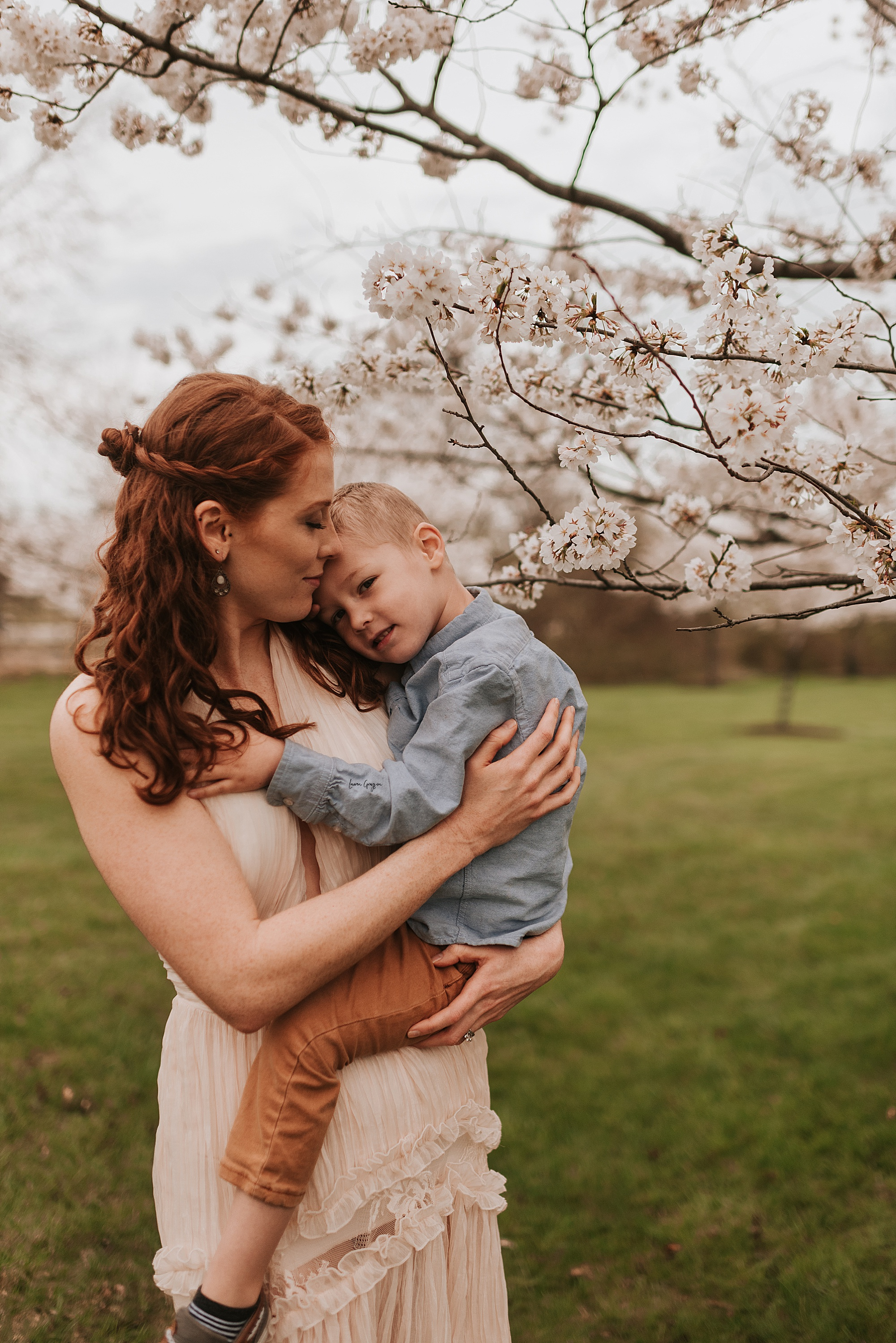 lauren-grayson-photography-cleveland-ohio-motherhood-family-child-photo-session-cherry-blossoms_0015.jpg