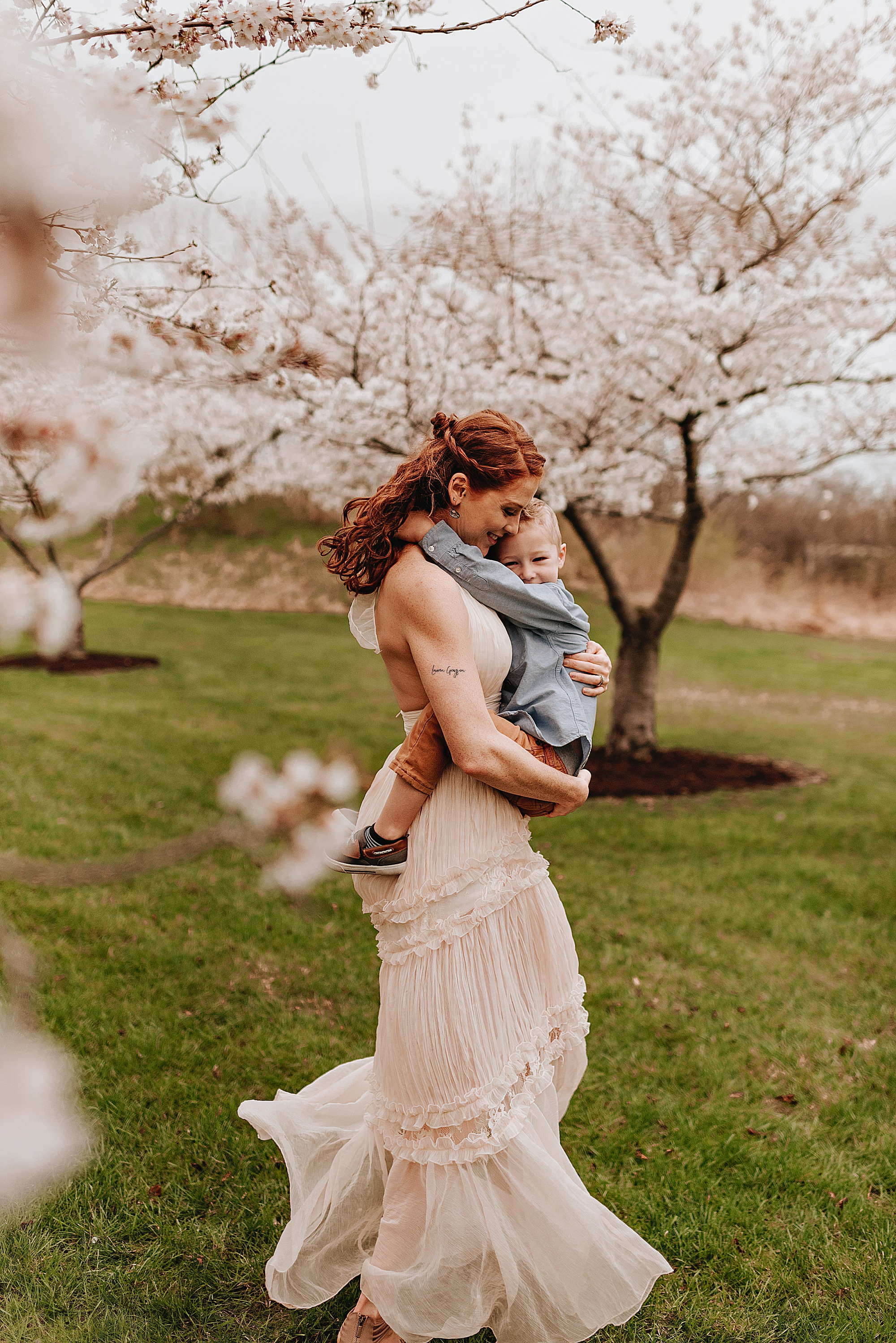 lauren-grayson-photography-cleveland-ohio-motherhood-family-child-photo-session-cherry-blossoms_0008.jpg