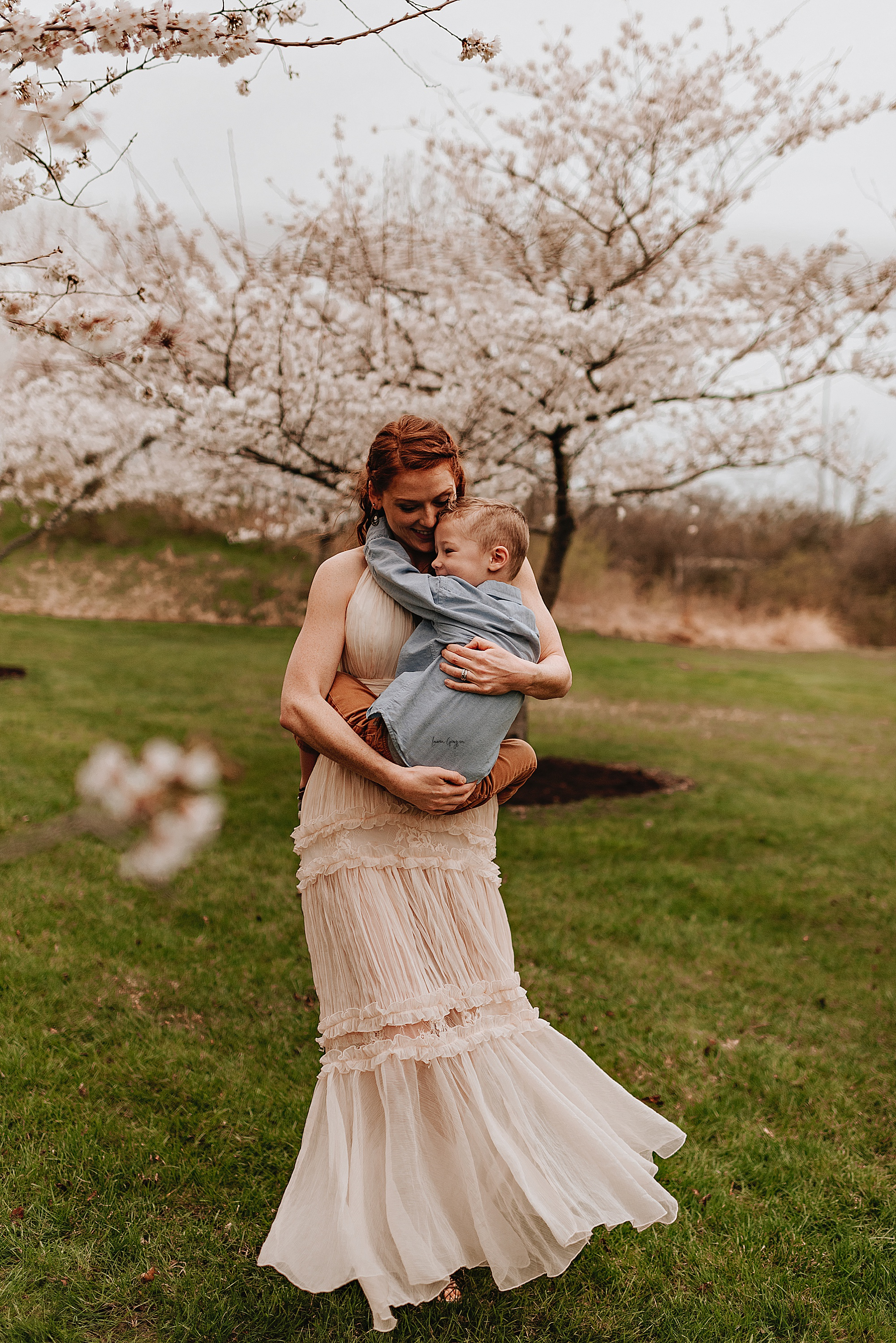 lauren-grayson-photography-cleveland-ohio-motherhood-family-child-photo-session-cherry-blossoms_0009.jpg