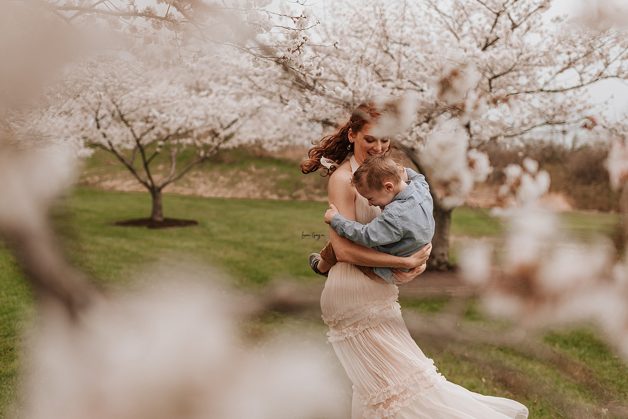 lauren-grayson-photography-cleveland-ohio-motherhood-family-child-photo-session-cherry-blossoms_0004.jpg