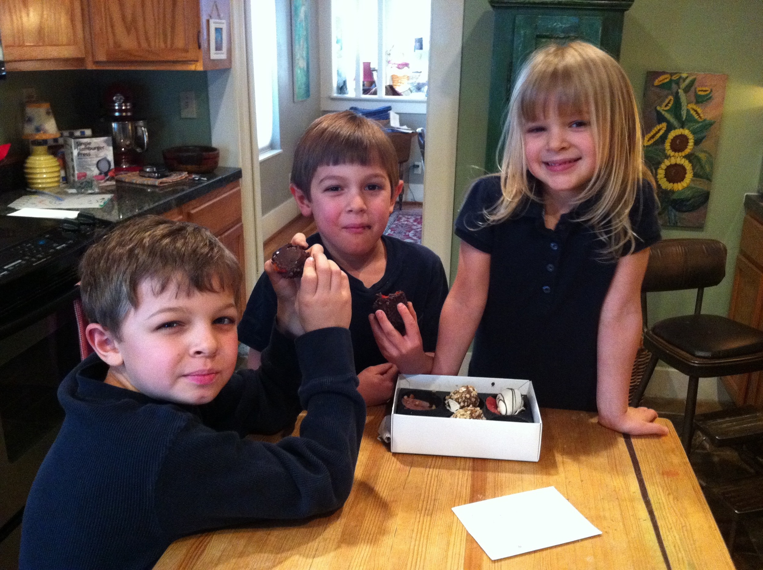 kids sharing treats