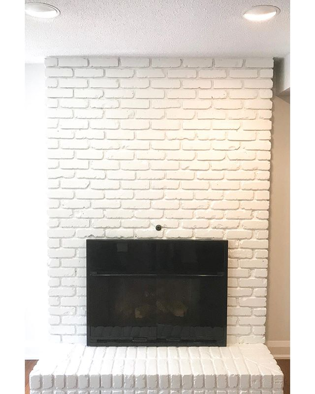 Can't get enough of these fireplace transformations. Seem like almost every other week we get to tackle these fun transformations. This one just in time for the cooler nights 🔥