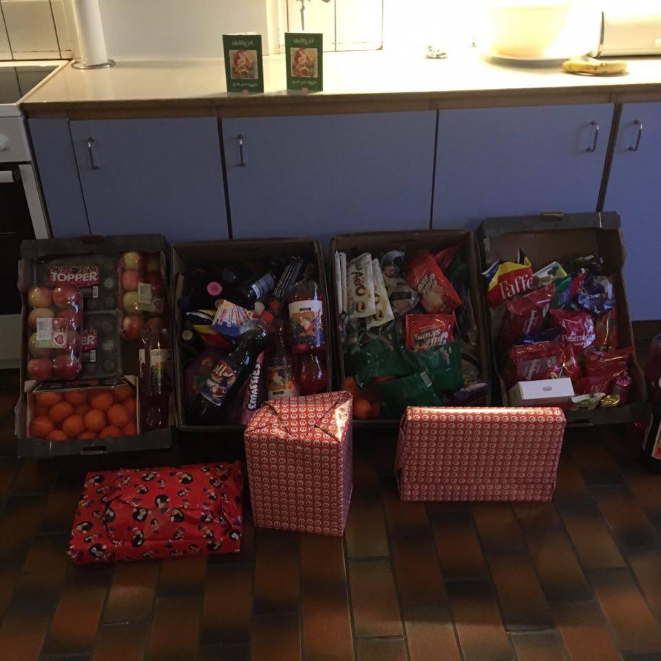 DECEMBER  I december måned fik vi muligheden for at købe julegaver til 2 børn på børnehjemmet i Tórshavn. De 2 børn kunne ikke tage hjem til sine forældre juleaften af forskellige årsager. Derfor valgte vi at gøre dagen god for de to børn og sørge for, at de alligevel ville få en god jul.  Vi var så heldige, at BR gav os en super pris til de 4 julegaver, vi købte til de 2 børn. Som I ser, så er der også masser af slik og godterier, som vi fik til en meget fornuftig pris i Bónus og PE i Torshavn.  På daværende tidspunkt havde vi ikke et projekt kørende og vi valgte derfor at starte dette , da vi synes, at det er en god sag at støtte.Vi brugte ca. 12.000 kr.fra Kafe Muh Muh fonden, der gik til at give børnene en god jul, hvor de føler sig holdt af trods omstændighederne.  Da der er flere børn på børnehjemmet fik vi 5 gavekort fra bowlinghallen i Tórshavn. Dette betød, at alle børnene på børnehjemmet kunne komme ud at bowle sammen og hygge sig udenfor institutionen.