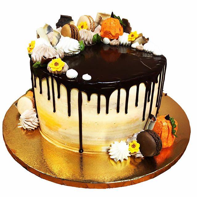 Who's heading to a Pumpkin Patch this weekend🧡🎃🧡🎃 #cakes #cakesofinstagram #bakery #cakeskills #cakedesign #fallcakes #pumpkincake #cakeart #dmv #dripcake #pumpkinpatch #carvingpumpkins #fallseason #pumpkins #pumpkinseason